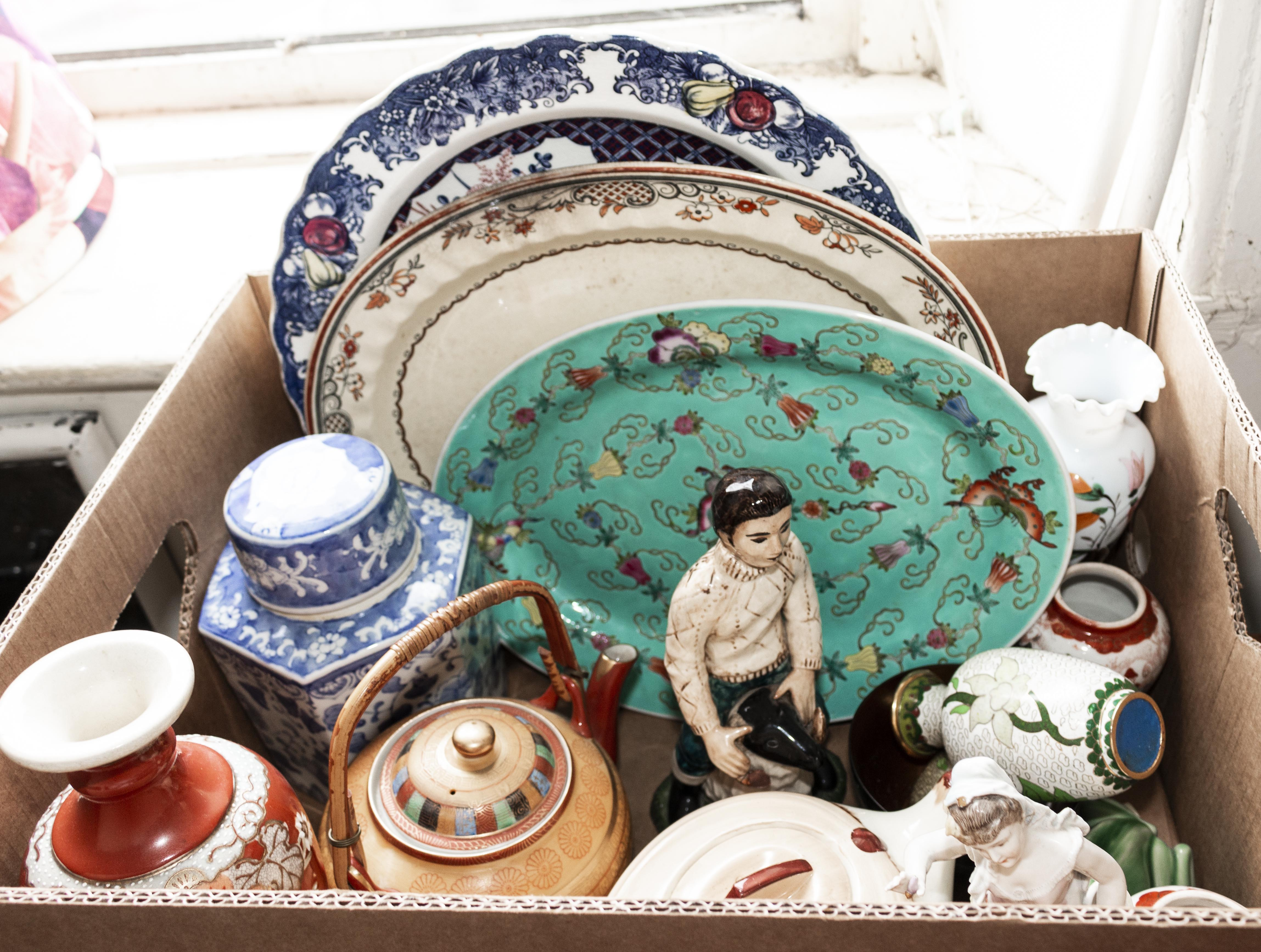 Lot 8 - A box of pottery