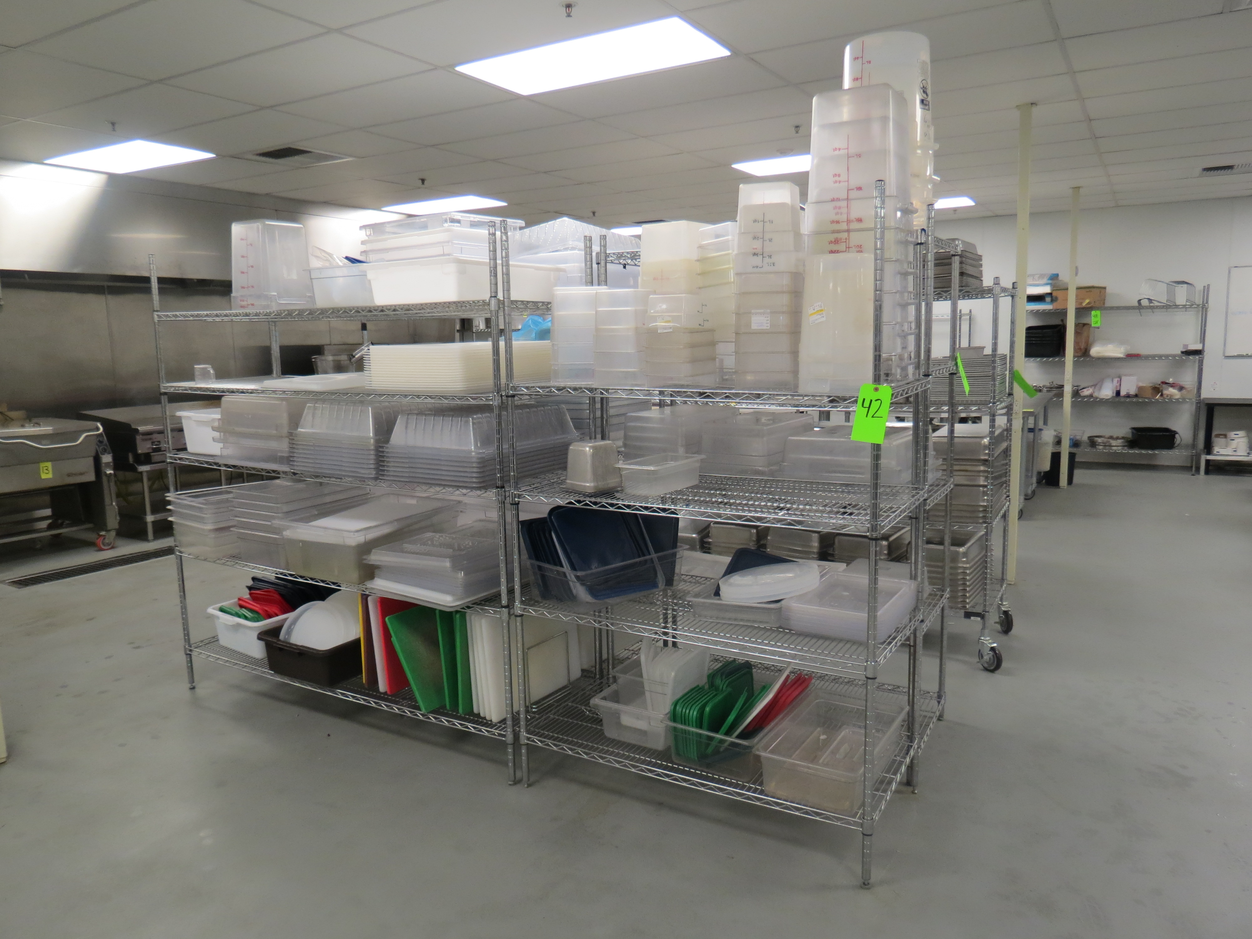 Lot 42 - LOT OF PLASTIC TUBS, MEASURING CONTAINERS AND 4 STATIOANRY METRO RACKS