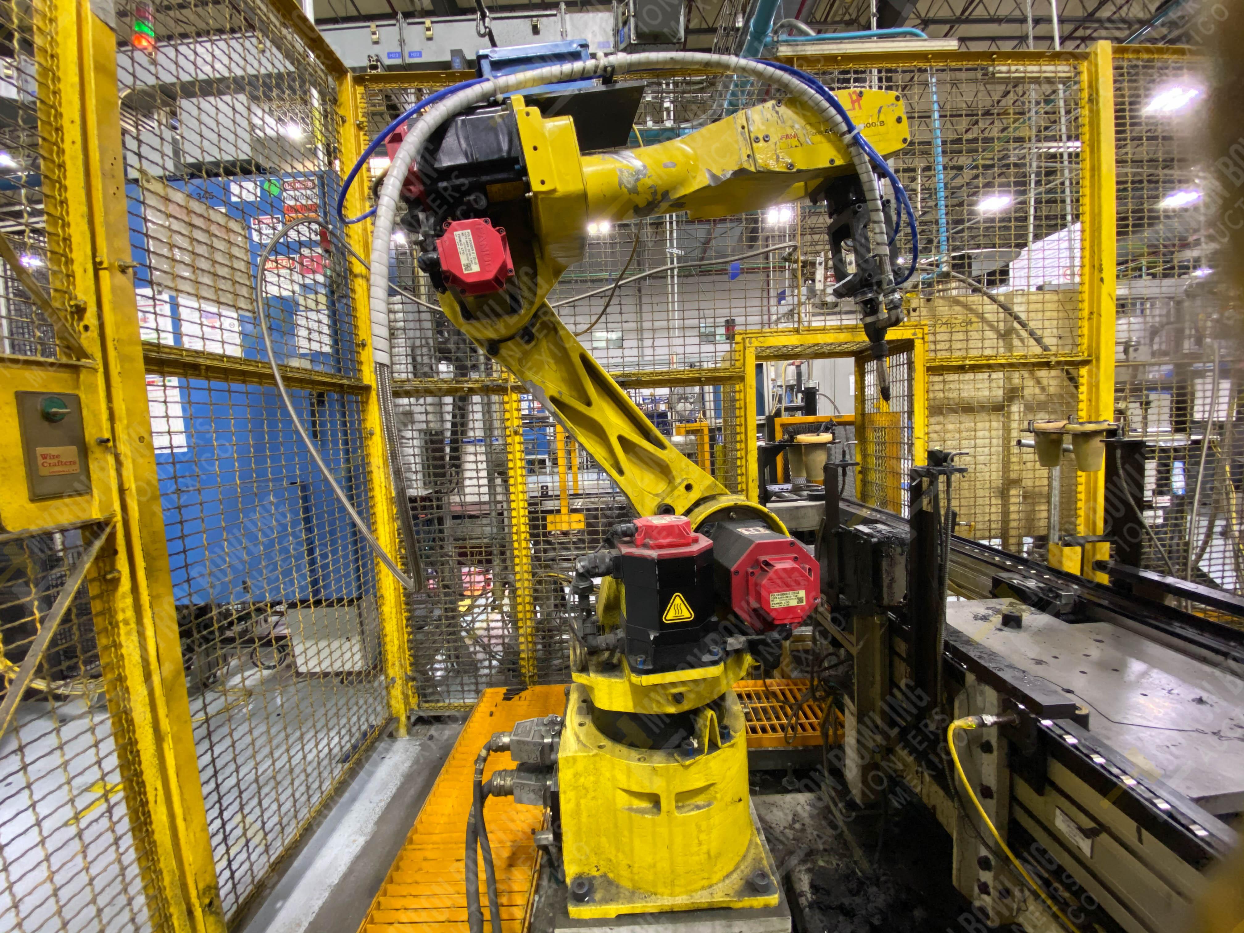 Robot marca Fanuc con capacidad de carga de 15-30 Kg, controlador de robot y teach pendant