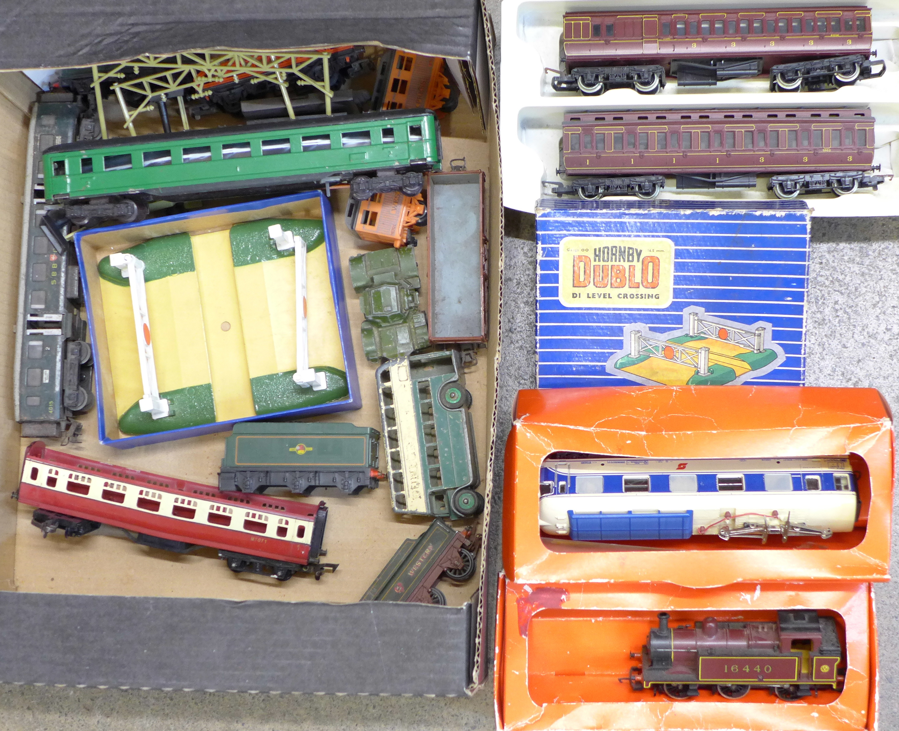 Lot 641 - OO gauge model rail, etc.