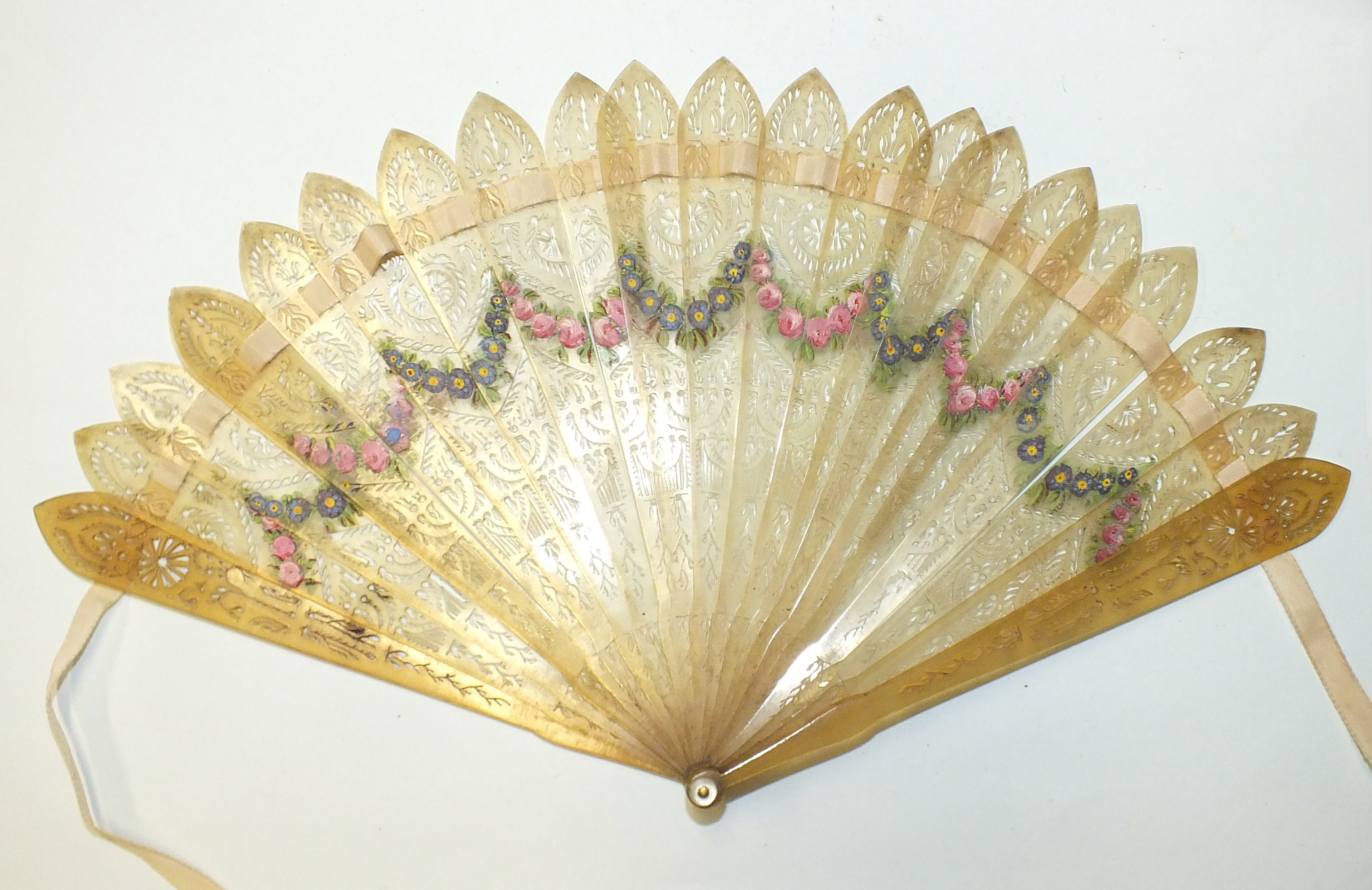 Lot 521 - A 19th century horn brisé fan with painted swags of flowers on each side, guard length 15.5cm,
