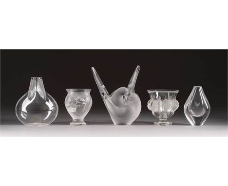 FÜNF VASEN     Frankreich, René Lalique sowie wohl Böhmen, 2. Hälfte 20. Jh.     Farbloses Glas, teils satiniert. H. bis 21