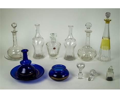 Lot with various glass decanters i.a.. Val Saint Lambert Een lot met divers glazen Karaffen.. O.a. Val Saint Lambert. H 37 cm
