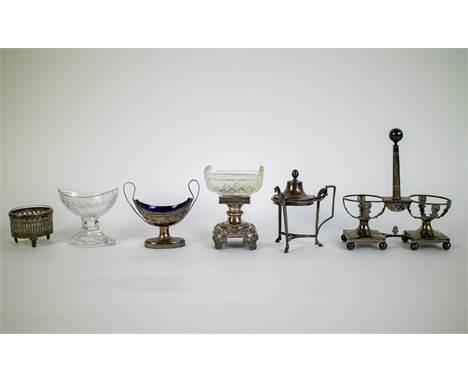 Lot of silver and glassware Salt cellars, frame oil and vinegar set Een lot met zilver en glaswerk. O.a. zoutvaatjes en een o