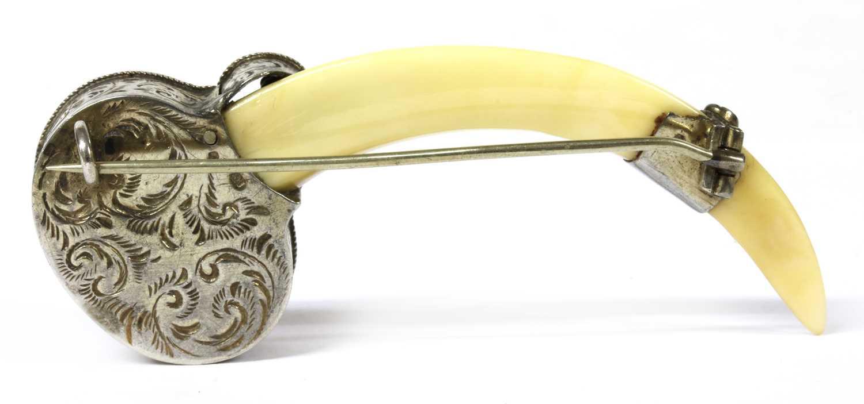 A silver mounted tusk brooch, - Bild 2 aus 3