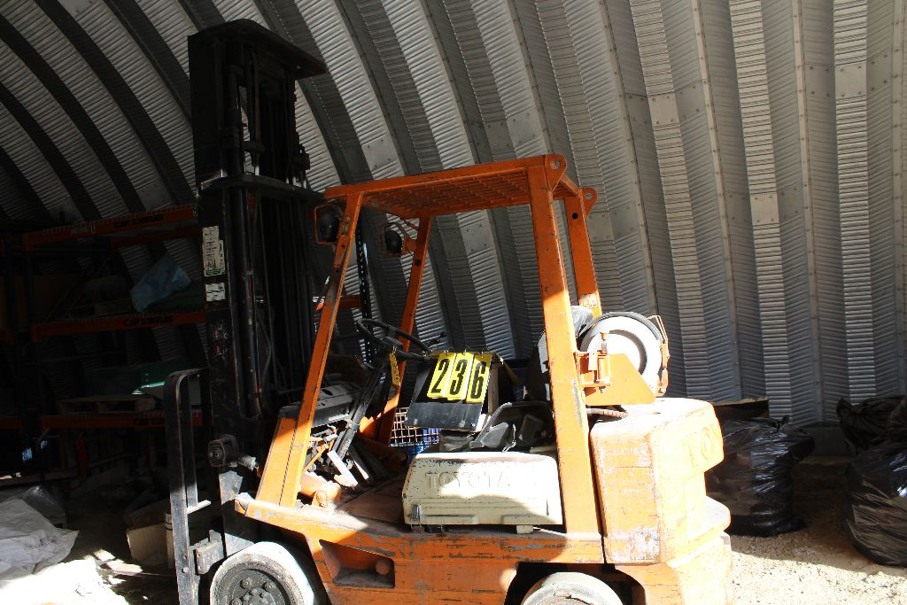 Toyota forklift model 42-4FGC25, sn 19517, 3stage, X-tall, side shift, hard rubber, runs needs - Image 2 of 4