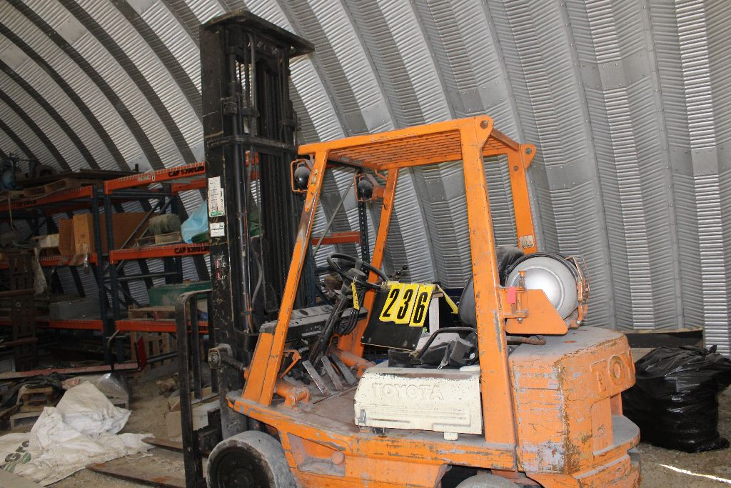 Toyota forklift model 42-4FGC25, sn 19517, 3stage, X-tall, side shift, hard rubber, runs needs - Image 3 of 4