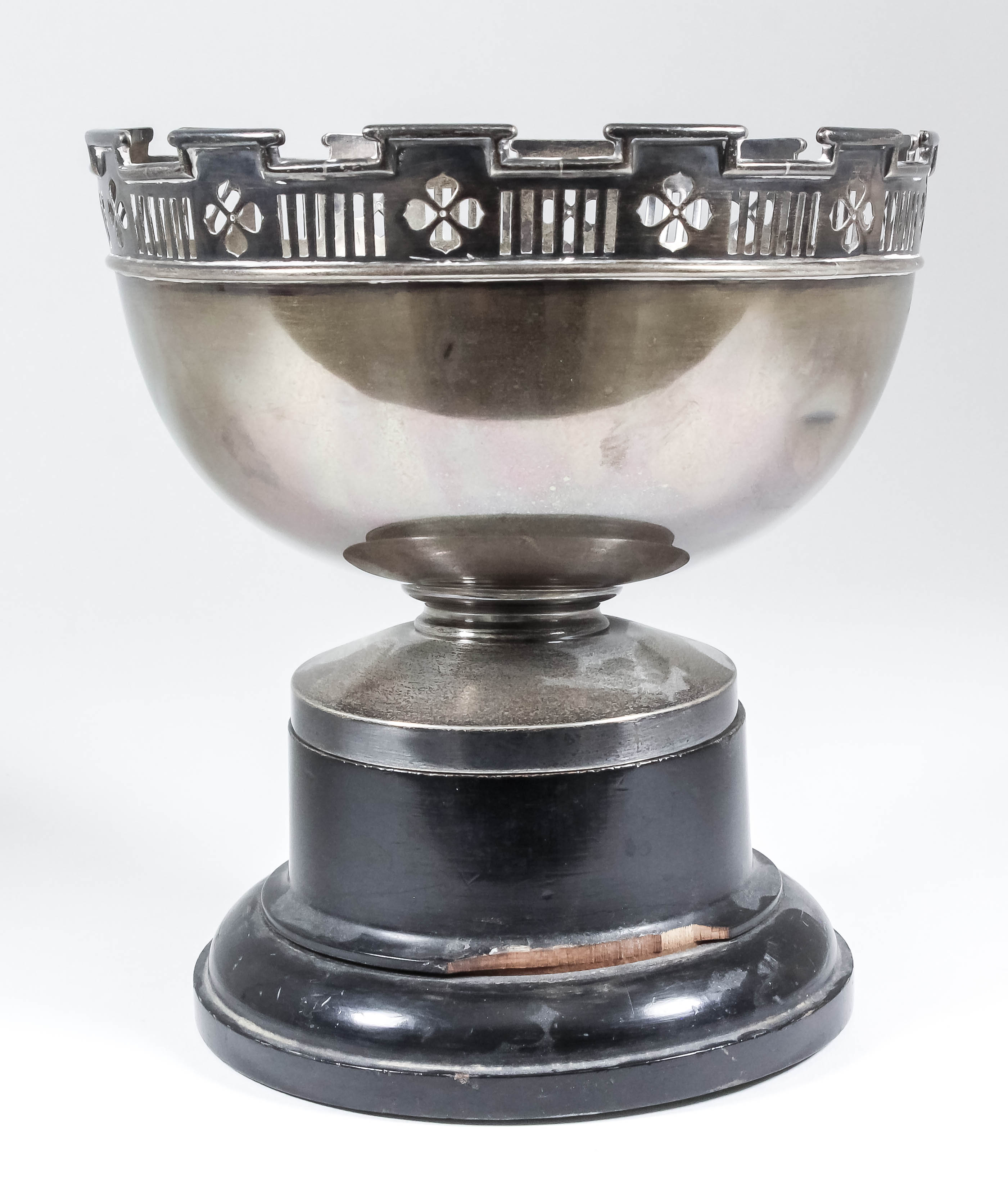 Lot 26 - A George V silver circular bowl with shaped and moulded rim and pierced border, on circular footrim,