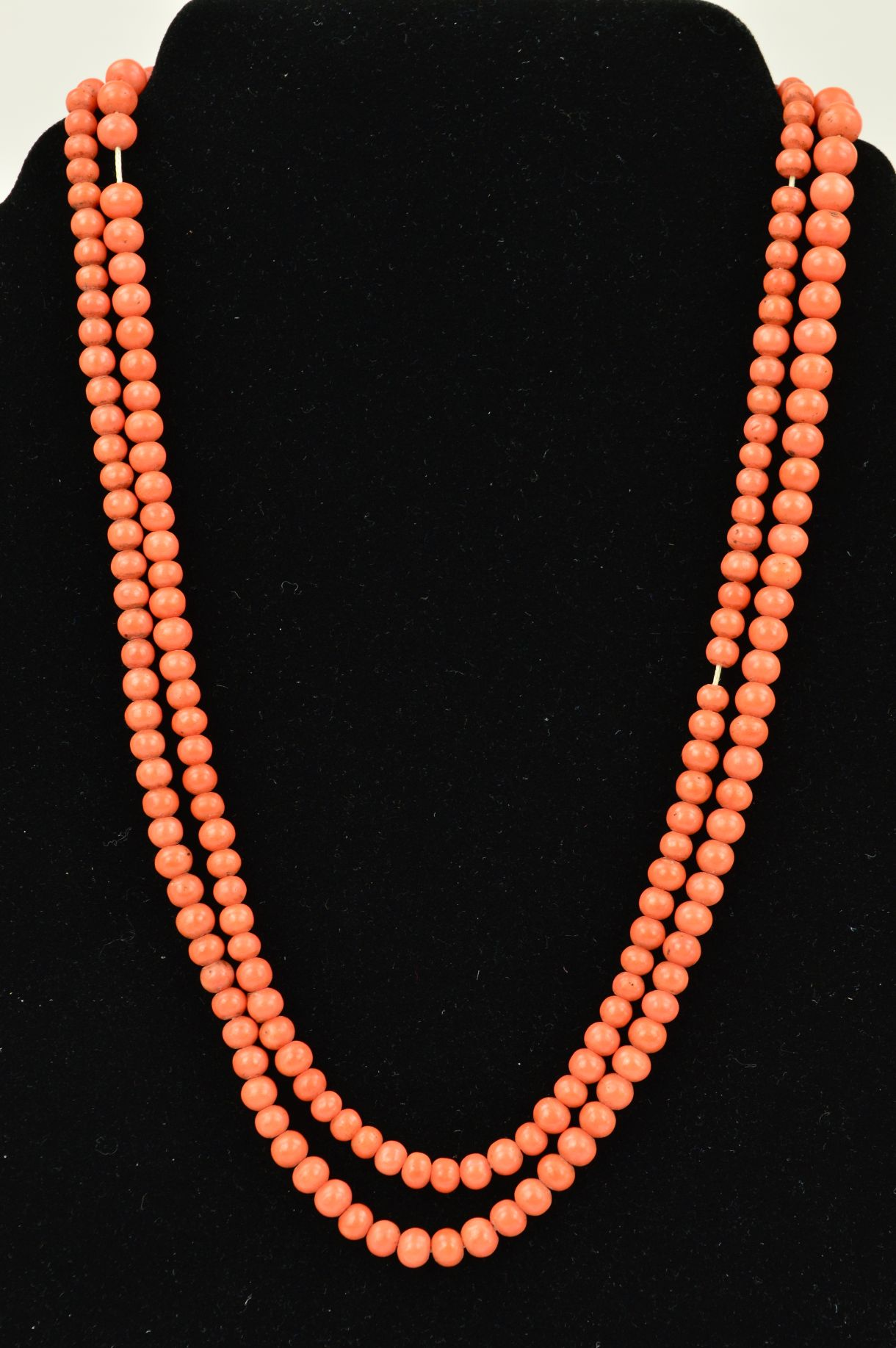 Lot 33 - AN EARLY 20TH CENTURY CORAL BEAD NECKLACE, the graduated beads measuring 3mm to 7mm, to the spring