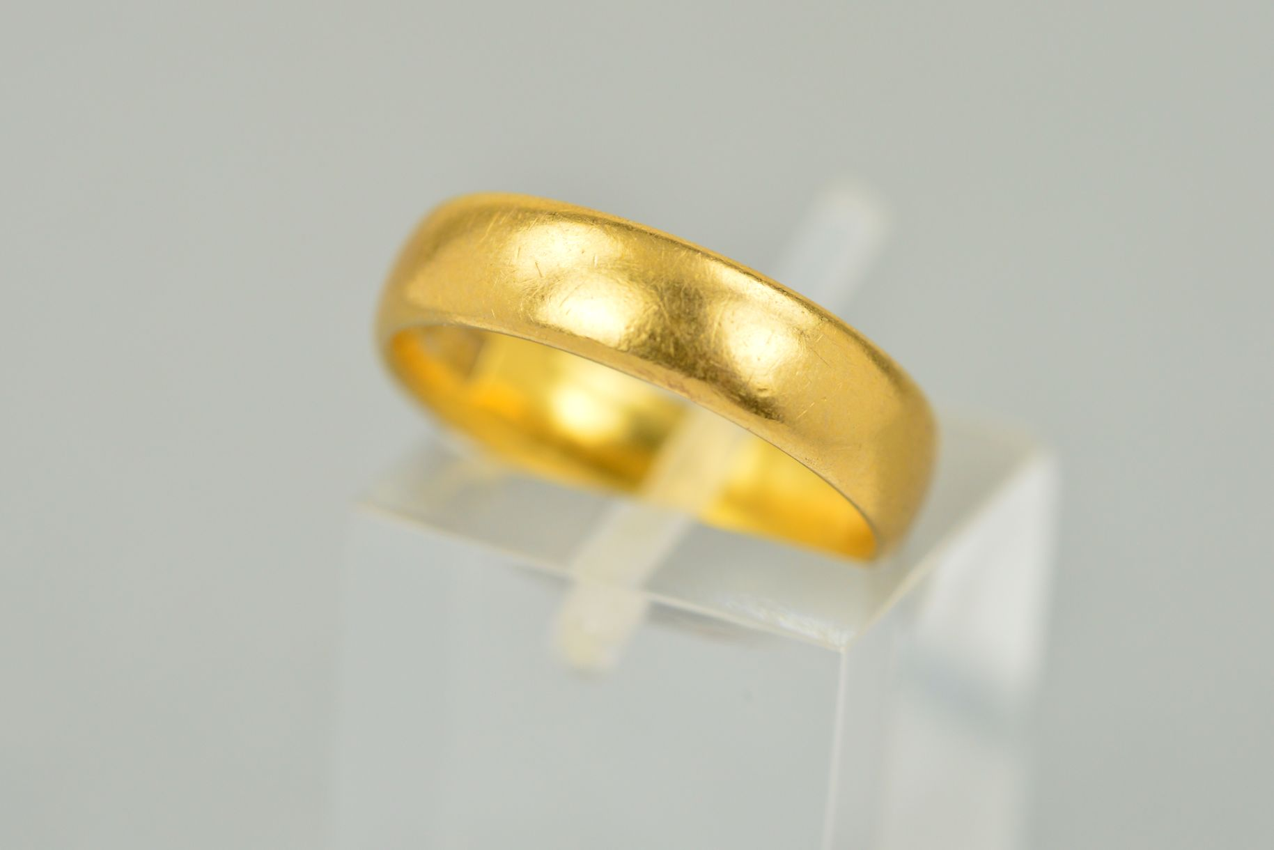 Lot 59 - AN EARLY 20TH CENTURY 22CT GOLD WEDDING RING, measuring approximately 4.8mm in width, ring size K,