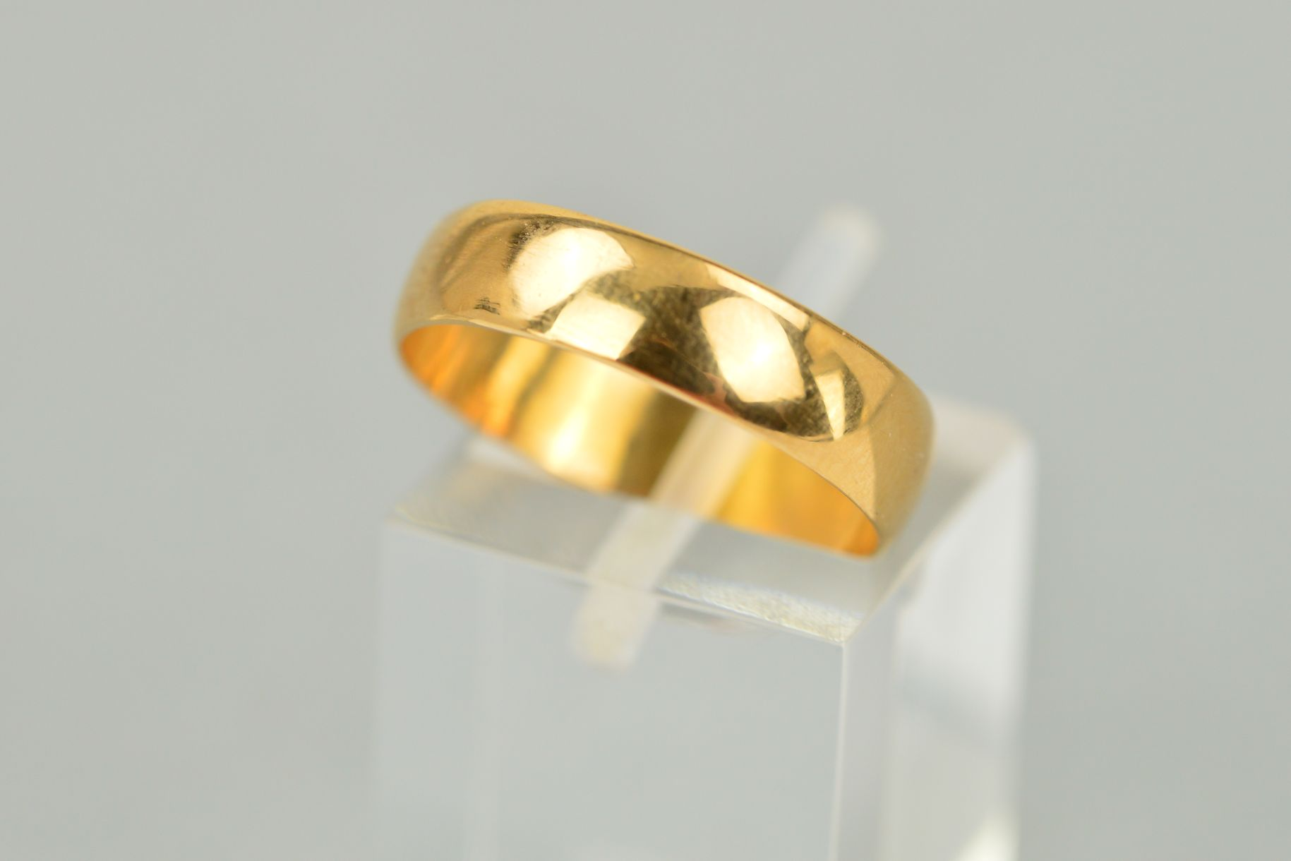 Lot 39 - AN EARLY 20TH CENTURY 22CT GOLD BAND RING of plain design with 22ct hallmark for Birmingham 1916,