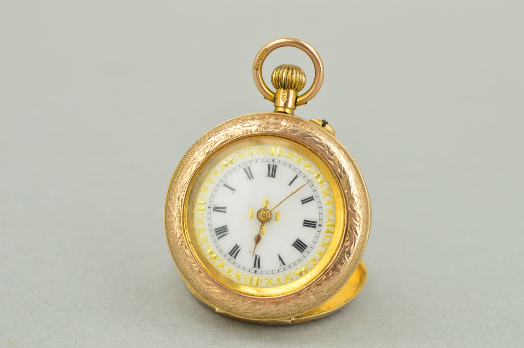 Lot 48 - AN EARLY 20TH CENTURY 9CT GOLD SMALL POCKET WATCH, white gold inlaid enamel dial with black Roman
