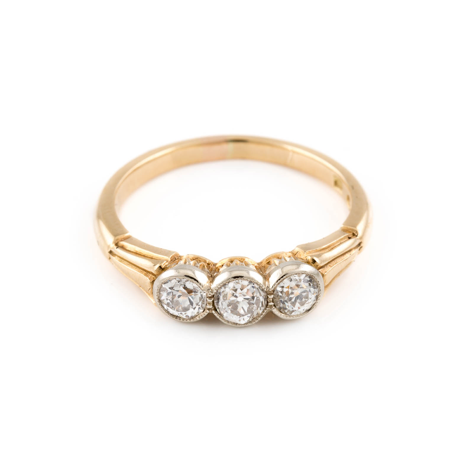 DIAMANT-RING Gelbgold. Ringmaß ca. 57,5, Ges.-Gew. ca. 3,9 g. Geprüft 14 K. Drei Diamanten im