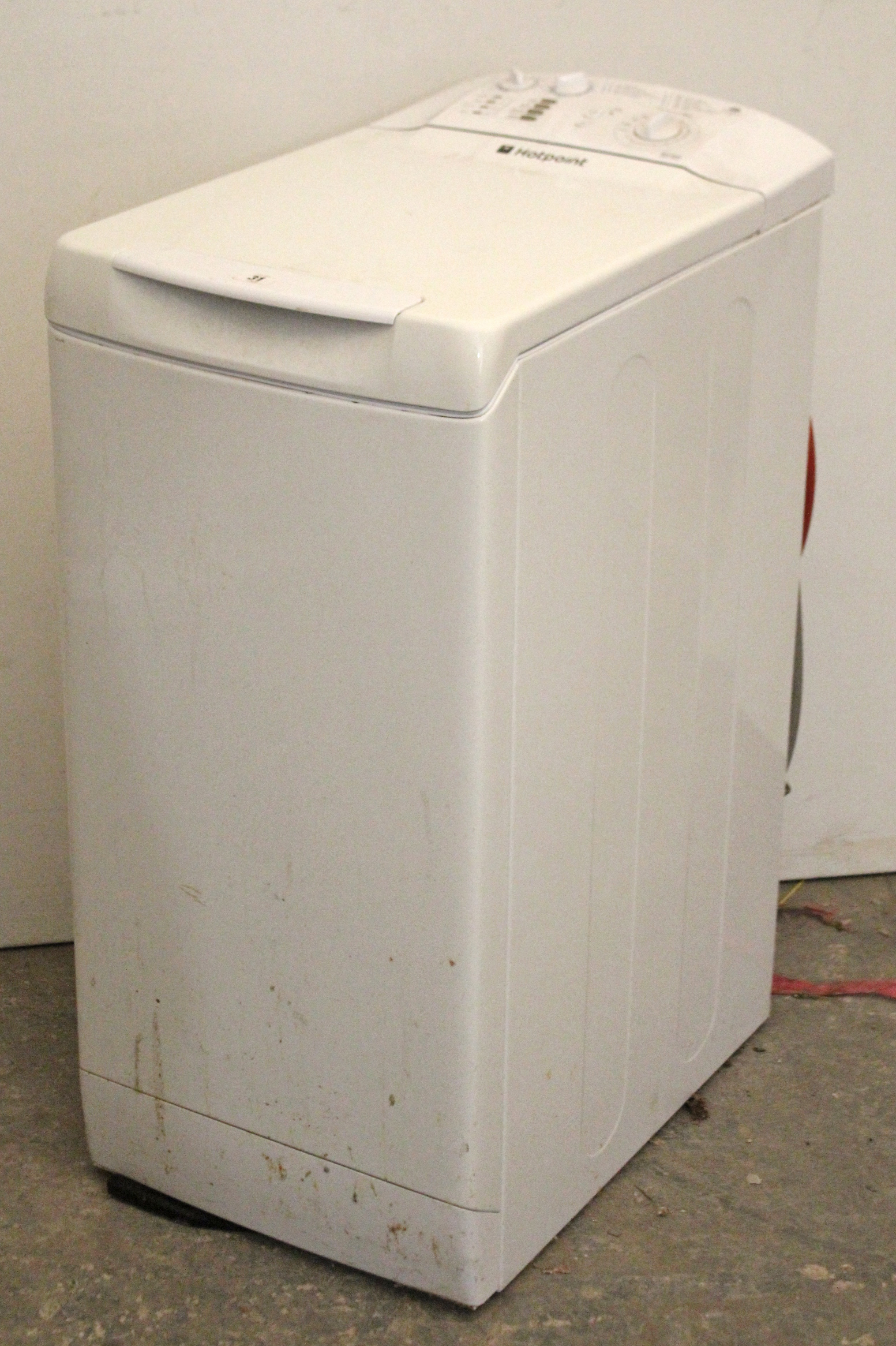 """Lot 31 - A Hotpoint """"WT400"""" 1000 spin top-loader washing machine in white-finish case."""