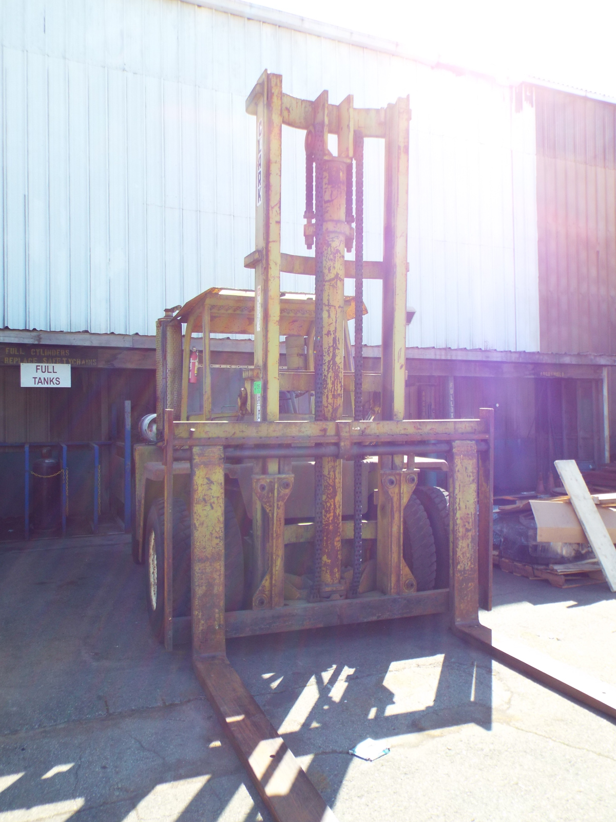 """CLARK C500Y160 LPG OUTDOOR FORKLIFT WITH 16,000 LB. CAPACITY, 210"""" VERTICAL LIFT, PNEUMATIC TIRES - Image 2 of 8"""