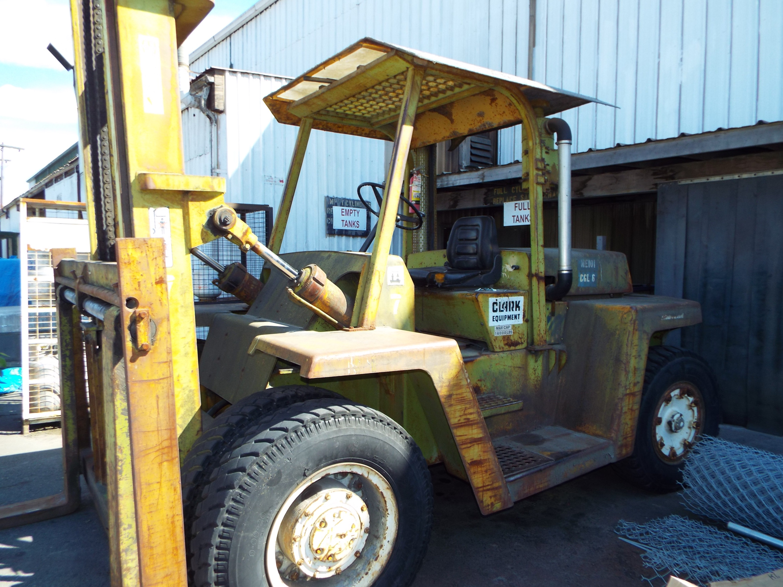 """CLARK C500Y160 LPG OUTDOOR FORKLIFT WITH 16,000 LB. CAPACITY, 210"""" VERTICAL LIFT, PNEUMATIC TIRES - Image 4 of 8"""