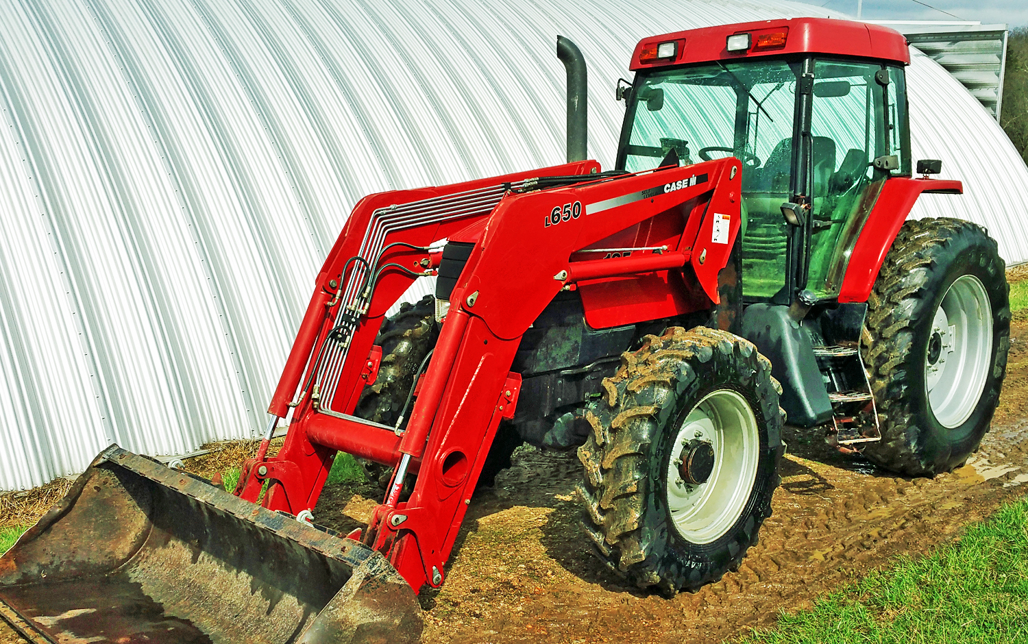 Case-IH MX135 tractor, MFWD, CHA, L650 self-leveling loader w/7'  quick-tach bucket, 4-speed tra
