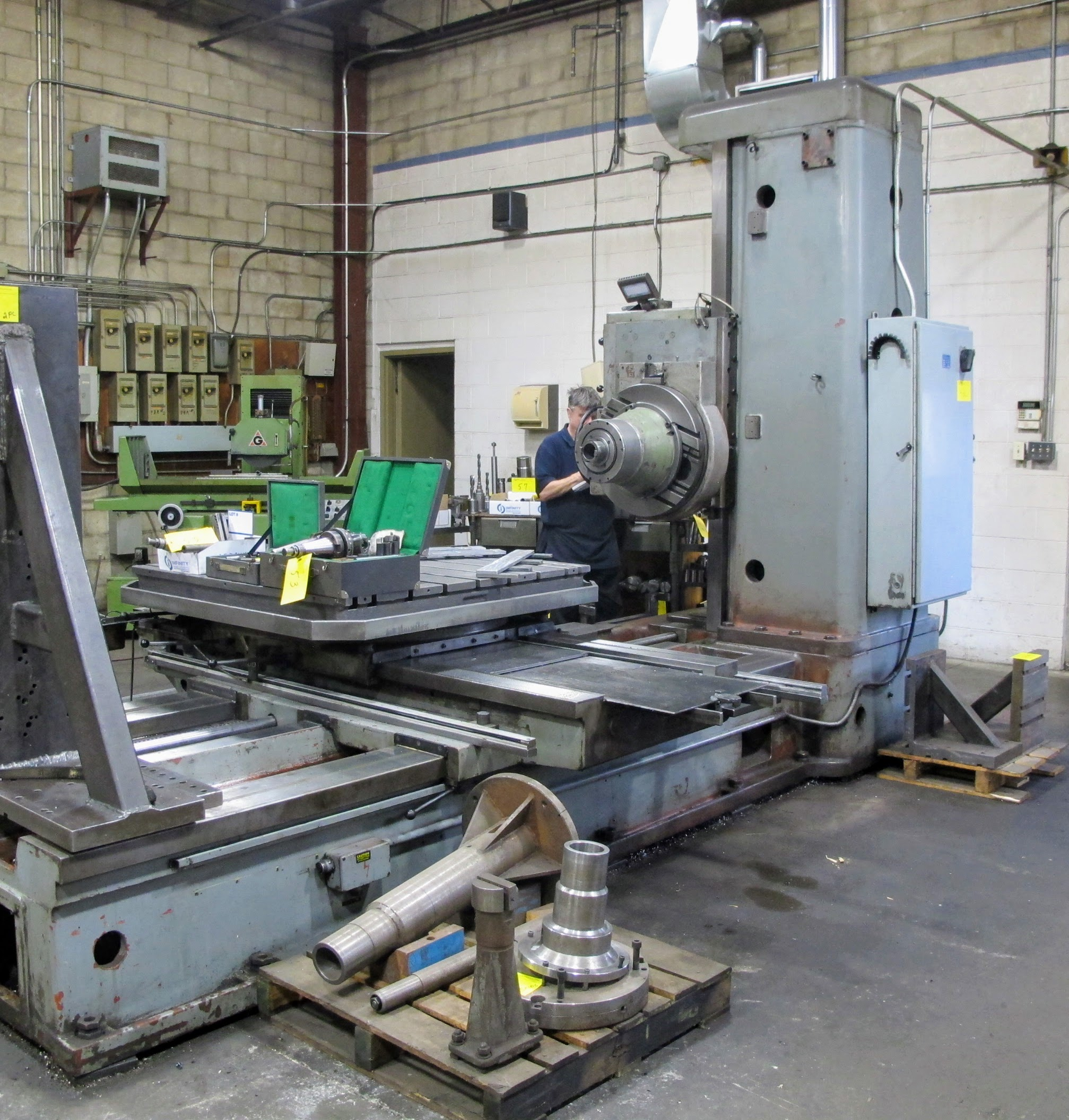"TOS W100 HORIZONTAL BORING MILL, ACU-RITE 4-AXIS DRO, 4"" SPINDLE, 14 TO 1,120 RPM, 49"" X 49"" POWERED - Image 8 of 12"