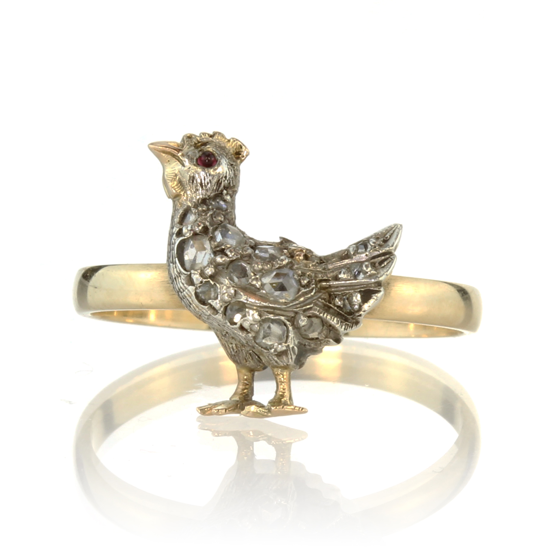 Los 30 - A jewelled ruby and diamond chicken / hen ring in 18ct yellow gold the hen depicted standing with