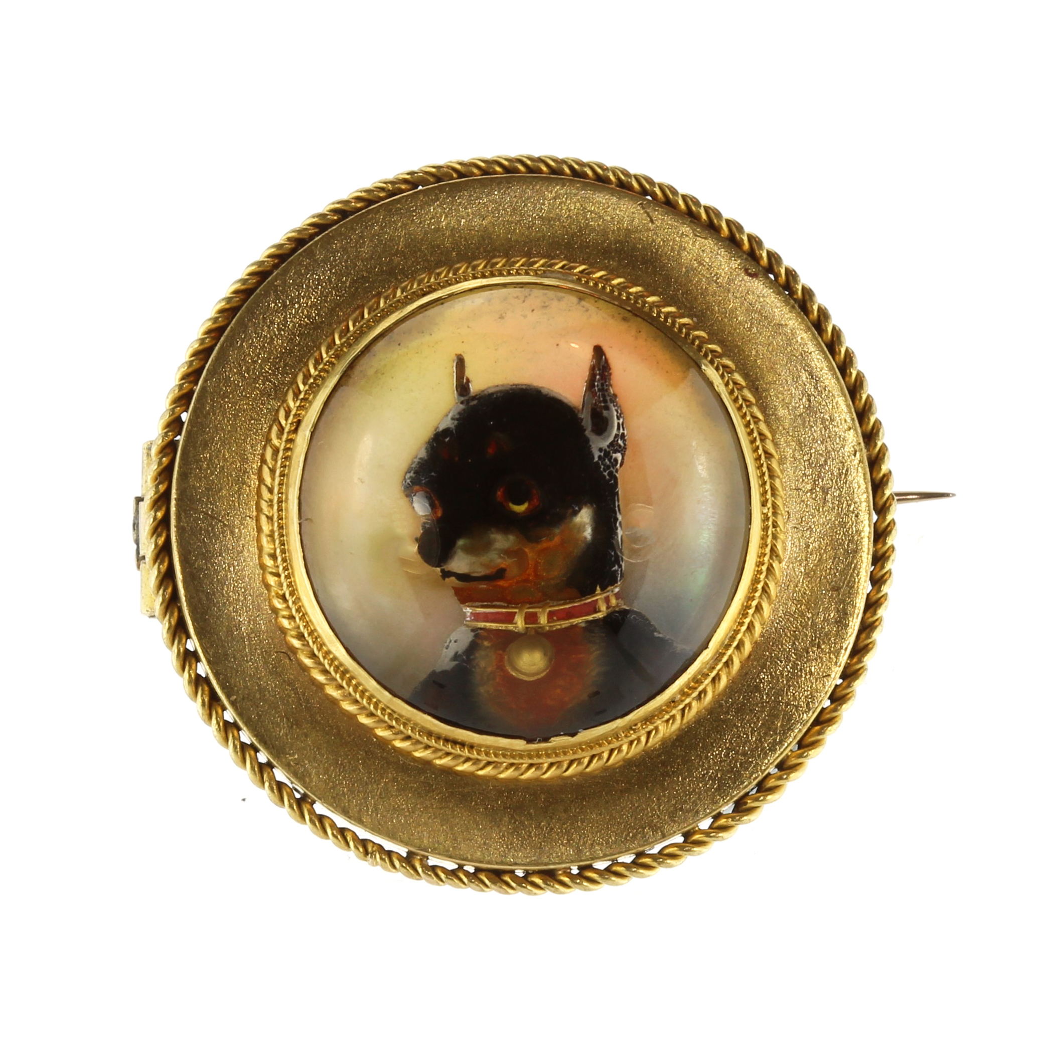 Los 23 - An antique Essex crystal / reverse carved intaglio dog brooch in high carat yellow gold set with a