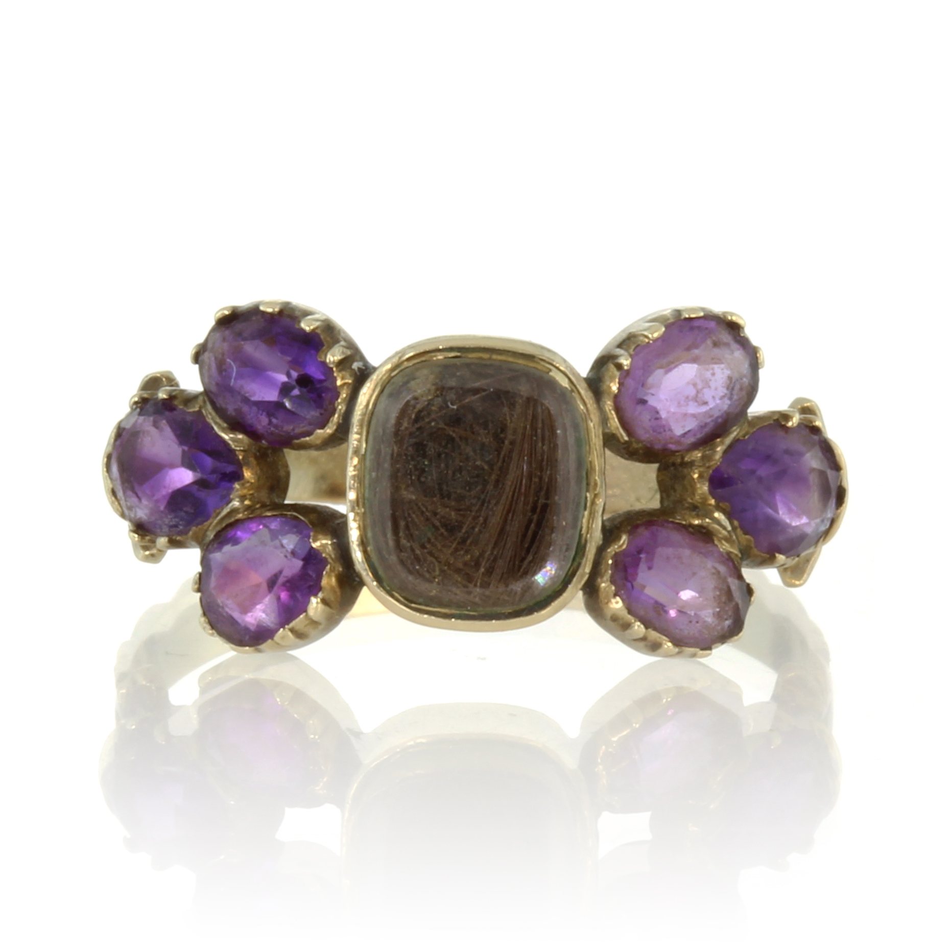 Los 55 - An antique Georgian hairwork and amethyst mourning ring in high carat yellow gold designed as a