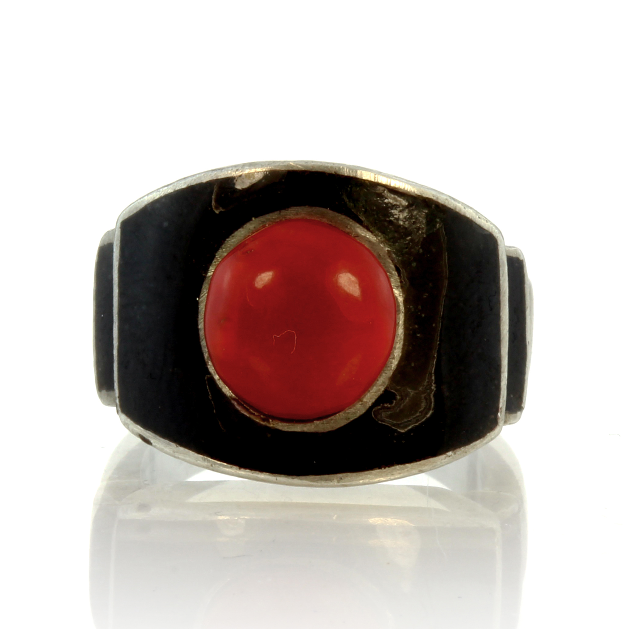 Los 20 - A vintage French coral and enamel dress ring in silver set with a central coral cabochon against a