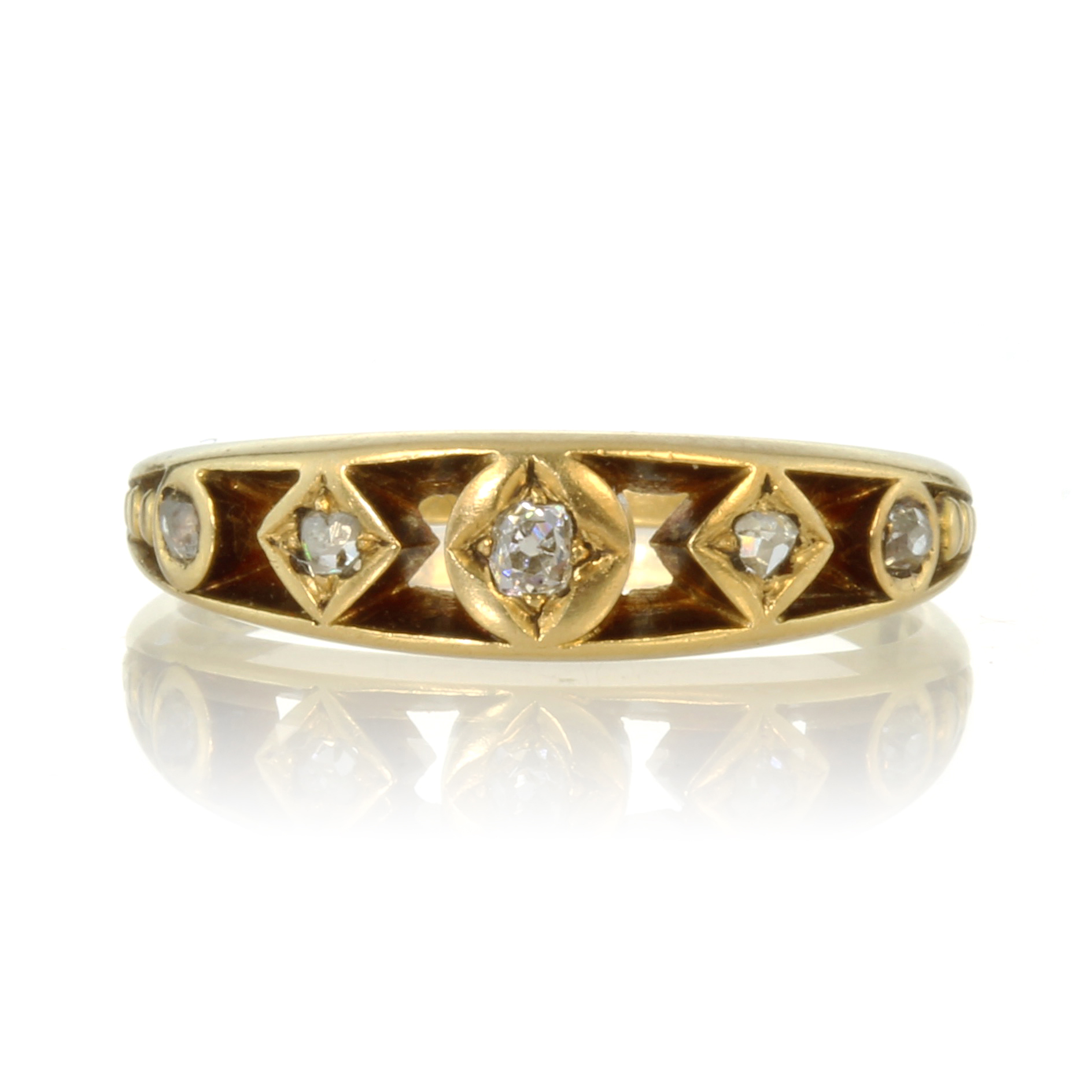 Los 53 - An antique Georgian five stone diamond ring in high carat yellow gold set with five graduated old