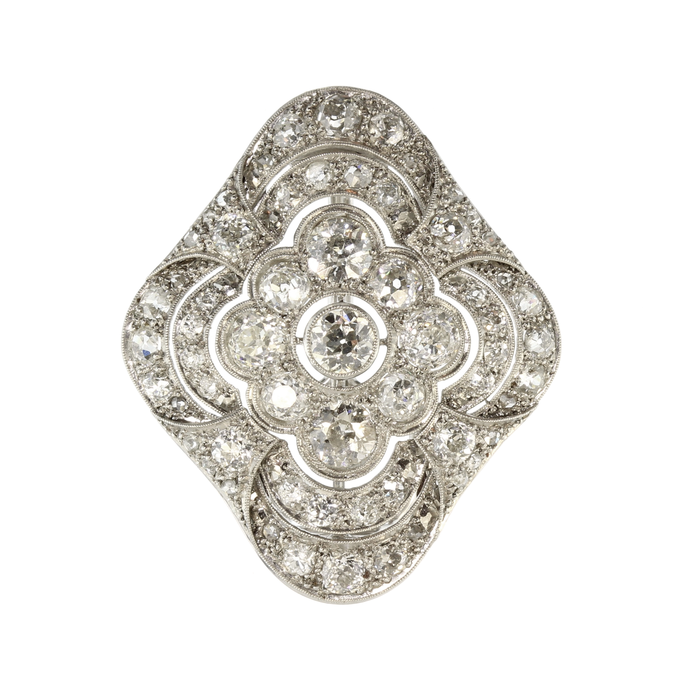 Los 32 - An antique Art Deco diamond scarf clip in 18ct white gold set with a central old round cut diamond
