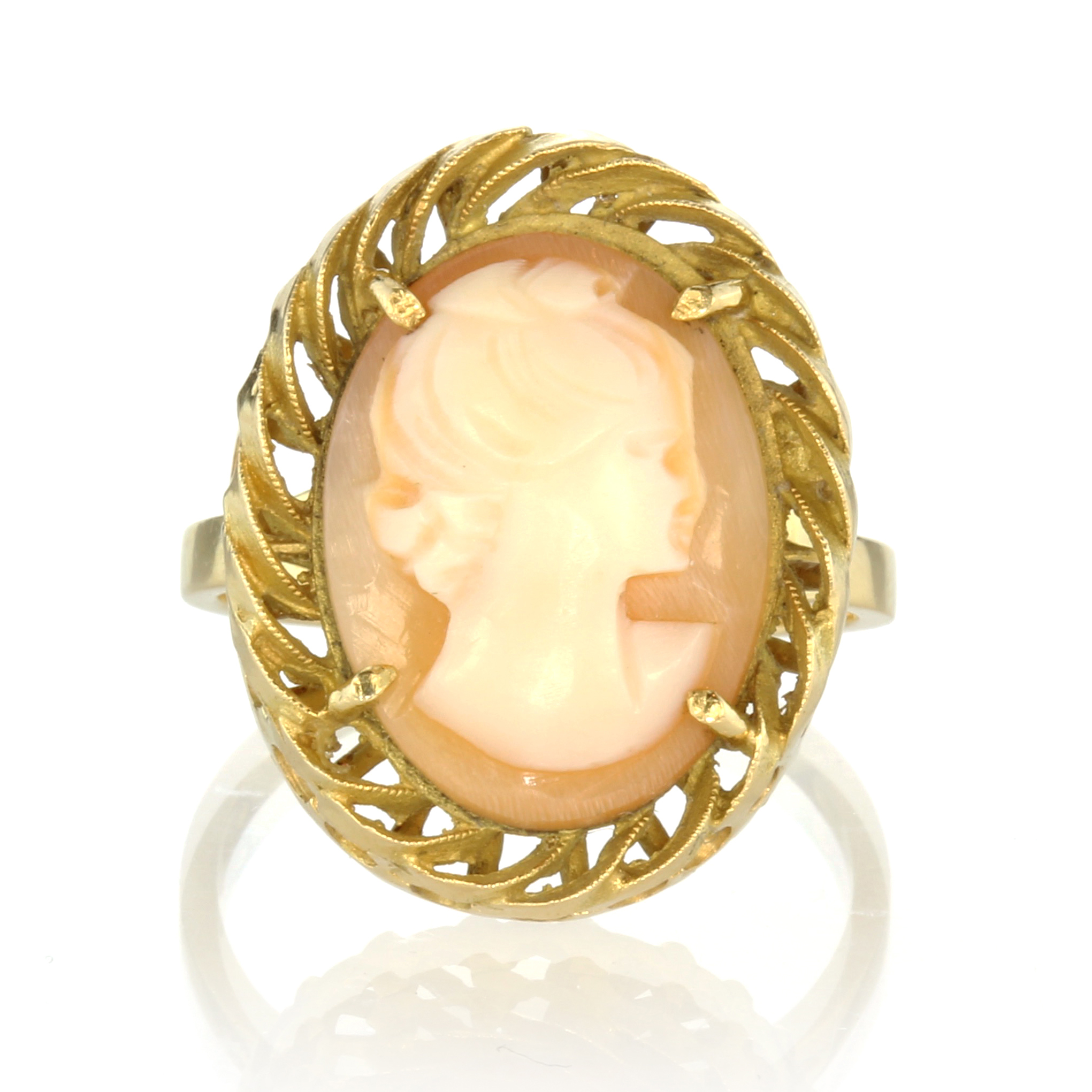 Los 47 - An antique carved cameo ring in 18ct yellow gold carved to depict the bust of a lady within a