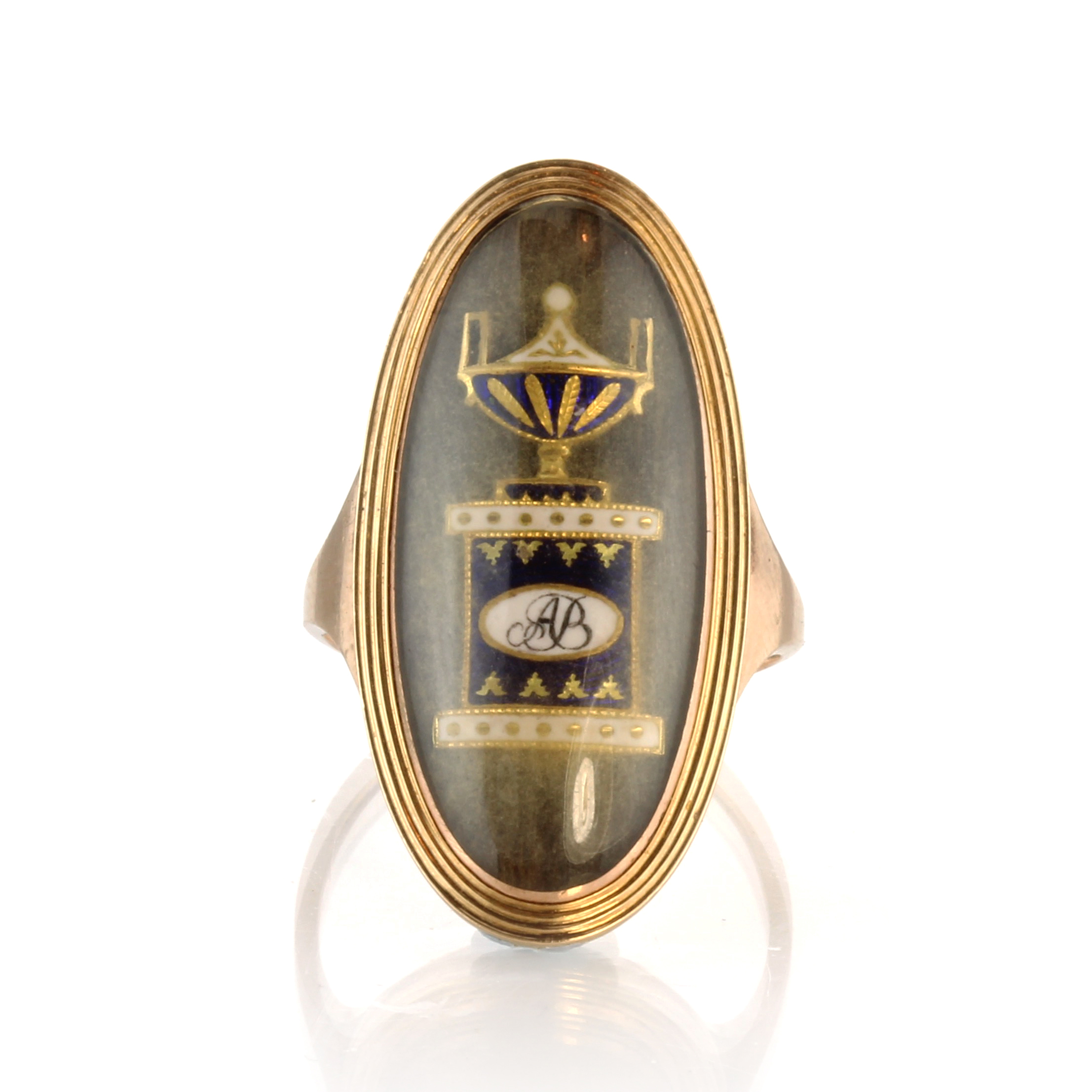 Los 3 - An antique Georgian hairwork mourning urn ring in high carat yellow gold designed as a large