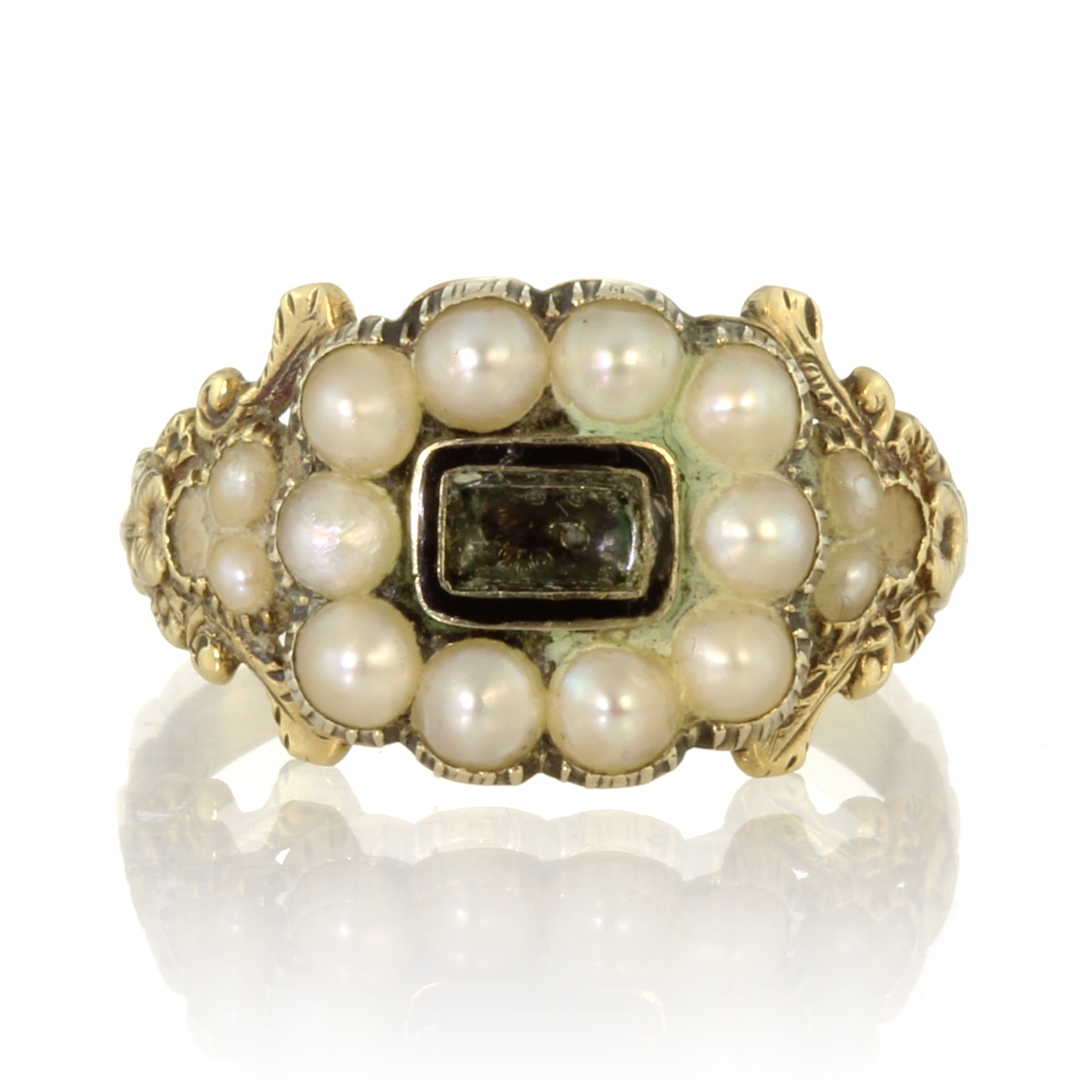 Los 58 - An antique Georgian hairwork and pearl mourning ring in 18ct yellow gold set with a central