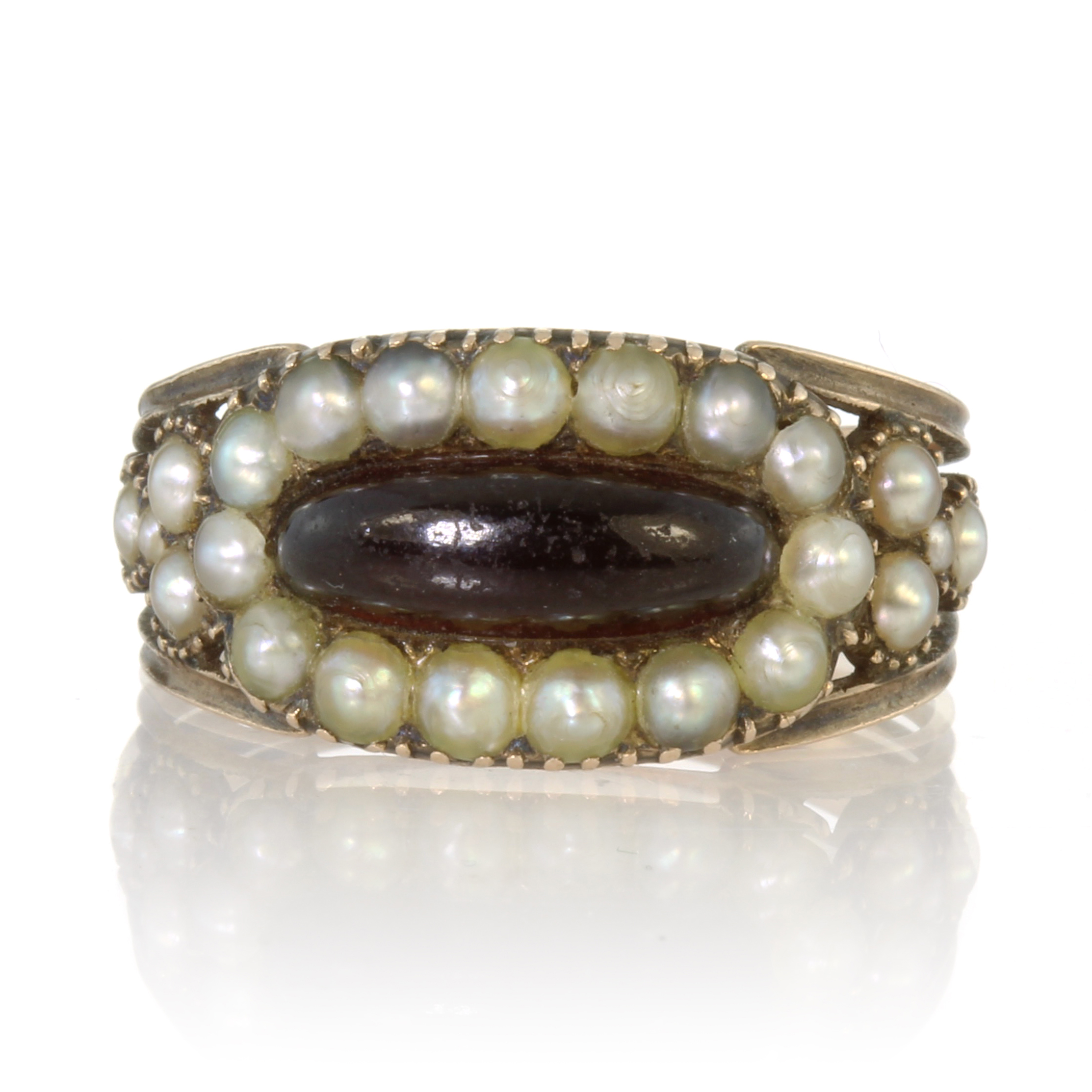 Los 56 - An antique Georgian garnet and seed pearl ring in high carat yellow gold set with an elongated