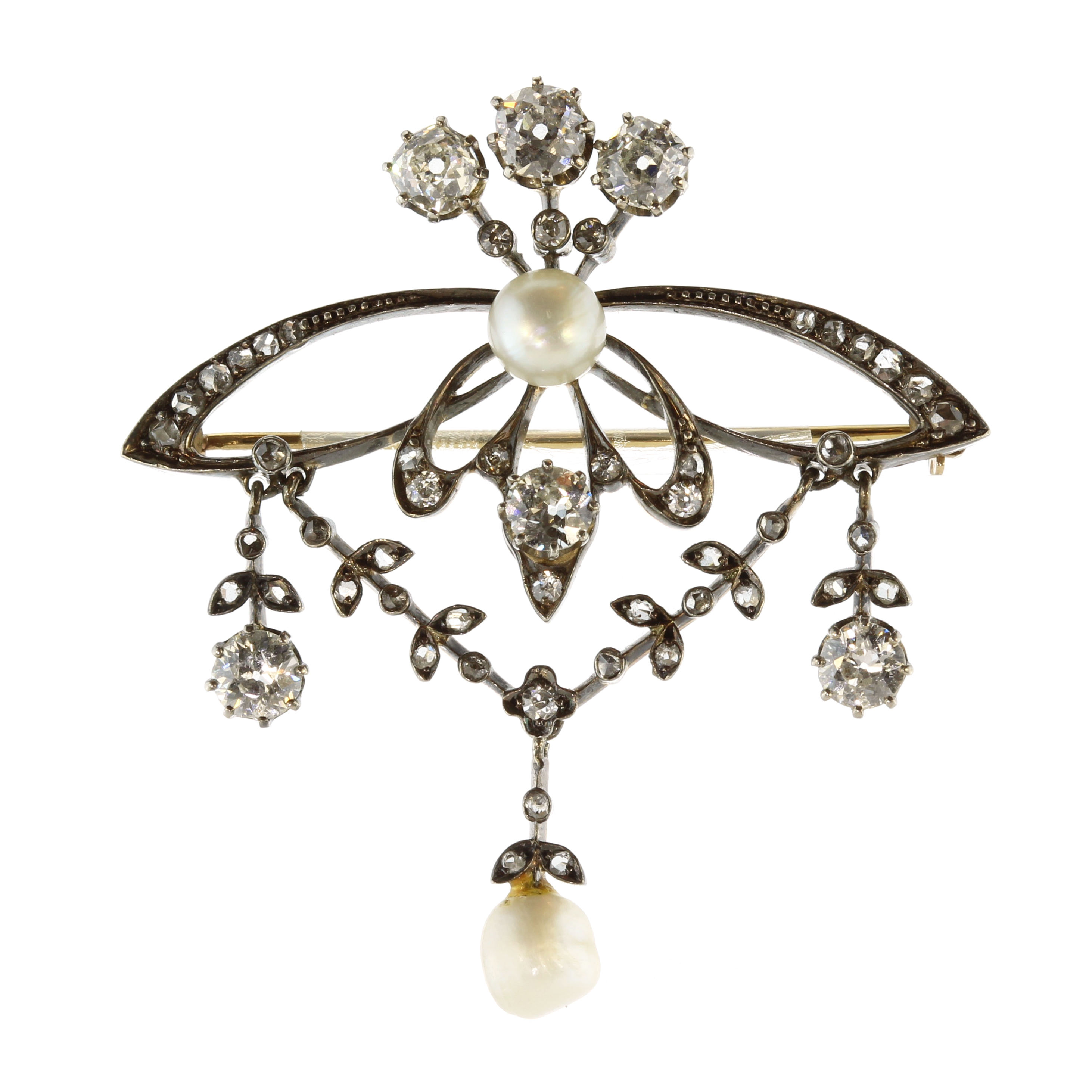 Los 34 - An antique Belle Epoque natural pearl and diamond brooch in gold and silver or platinum, set with