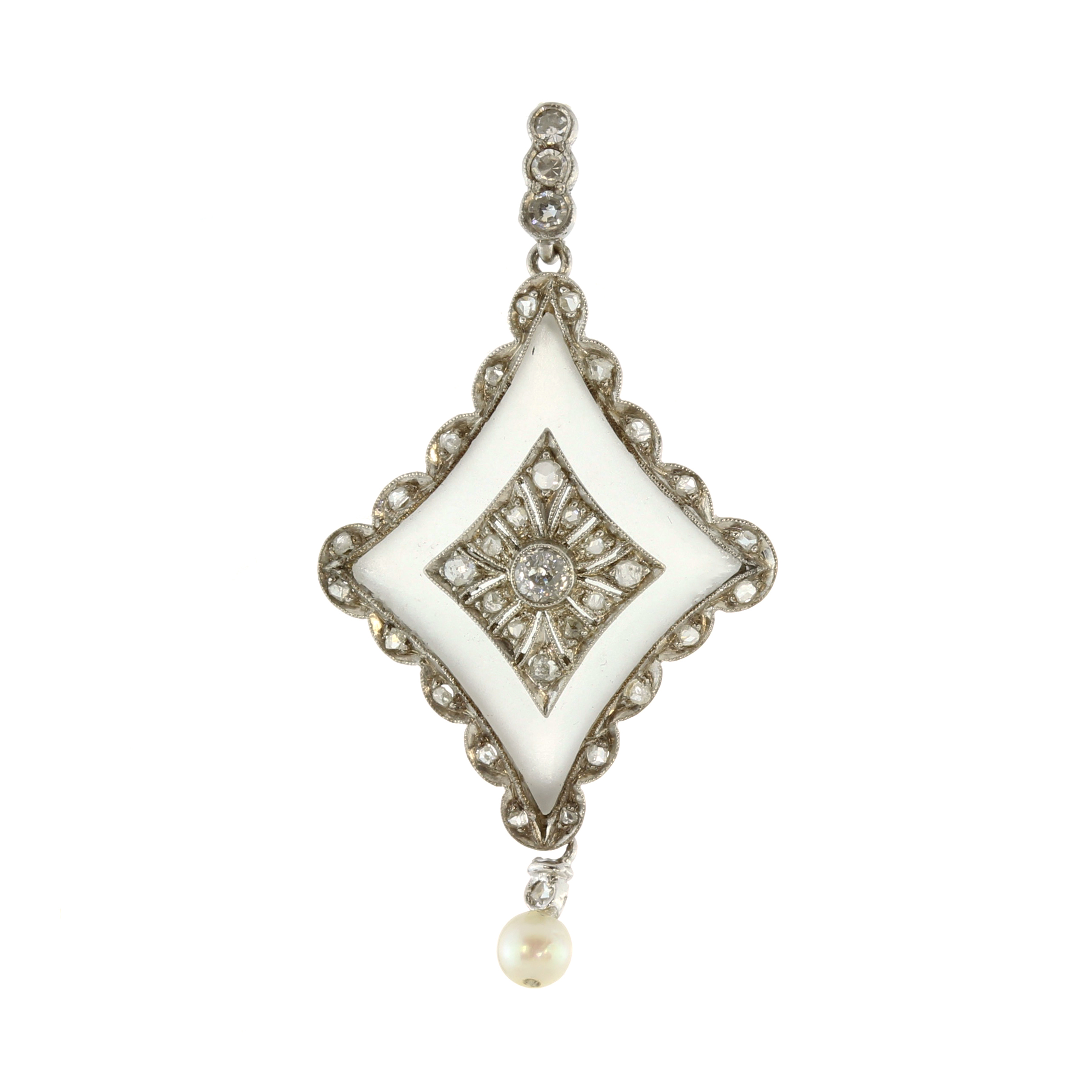 Los 4 - A vintage rock crystal, diamond and pearl pendant in white gold or platinum, the central diamond