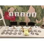Lot de (8) Enseignes pour tables et supports pour speciaux en acier inox
