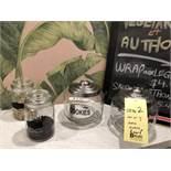 Lot de (4) bacs en verres avec couvercles et Tableaux noir -
