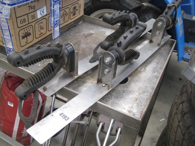 Vehicle mounted 2 gun rack