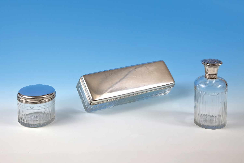 Silberne 3-teiligeToilettegarniturbestehend aus: Flacon mit Stöpsel, Verschluß mit floraler