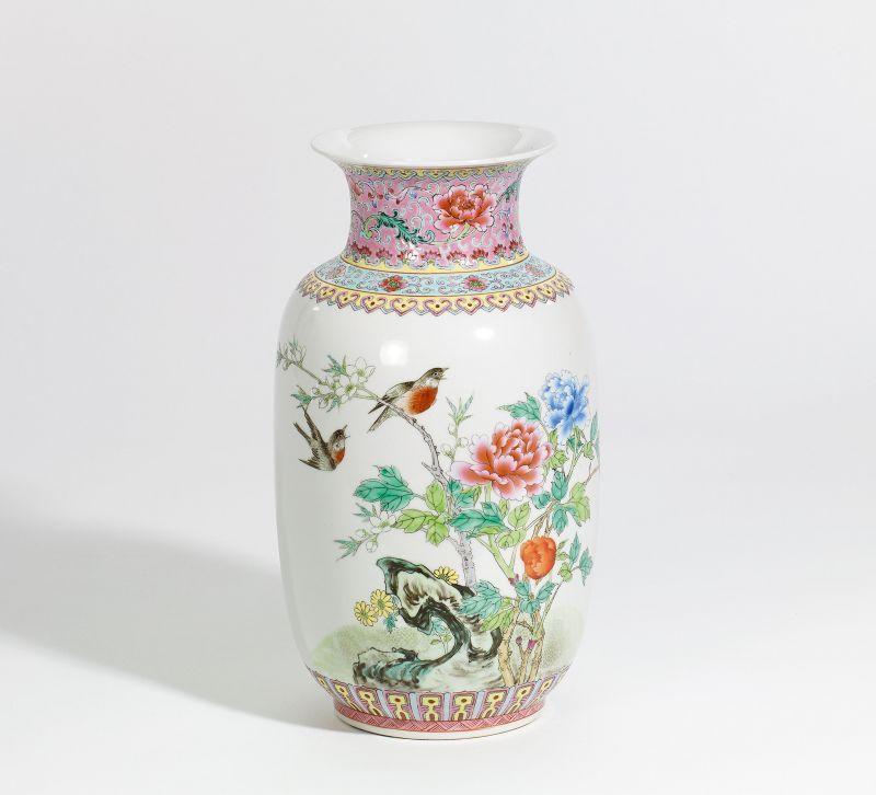 vase mit singv geln und p onien china 20 jh porzellan. Black Bedroom Furniture Sets. Home Design Ideas
