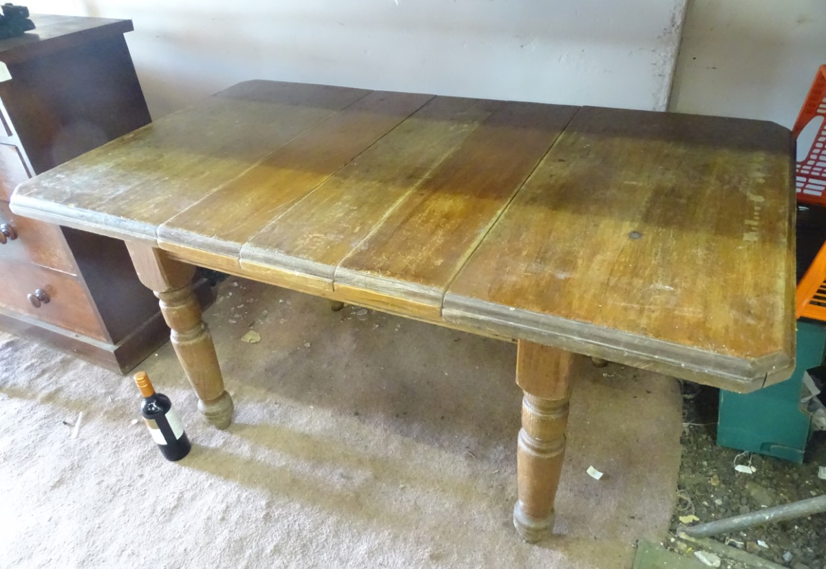Lot 21 - An extendable (3 leaves) farmhouse kitchen table CONDITION: Please Note - we do not
