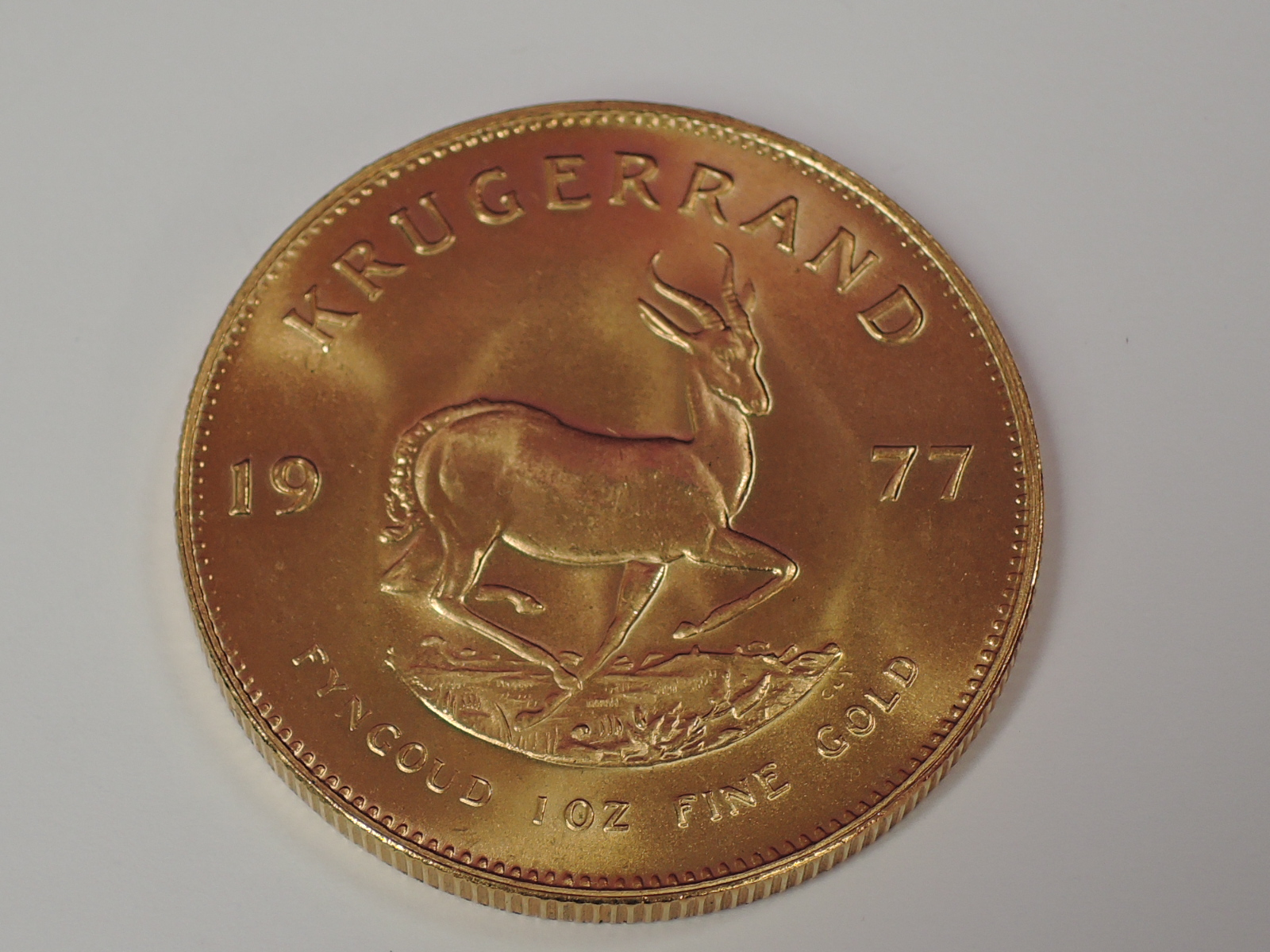 Lot 621 - A gold 1oz 1977 South African Krugerrand coin, in plastic case