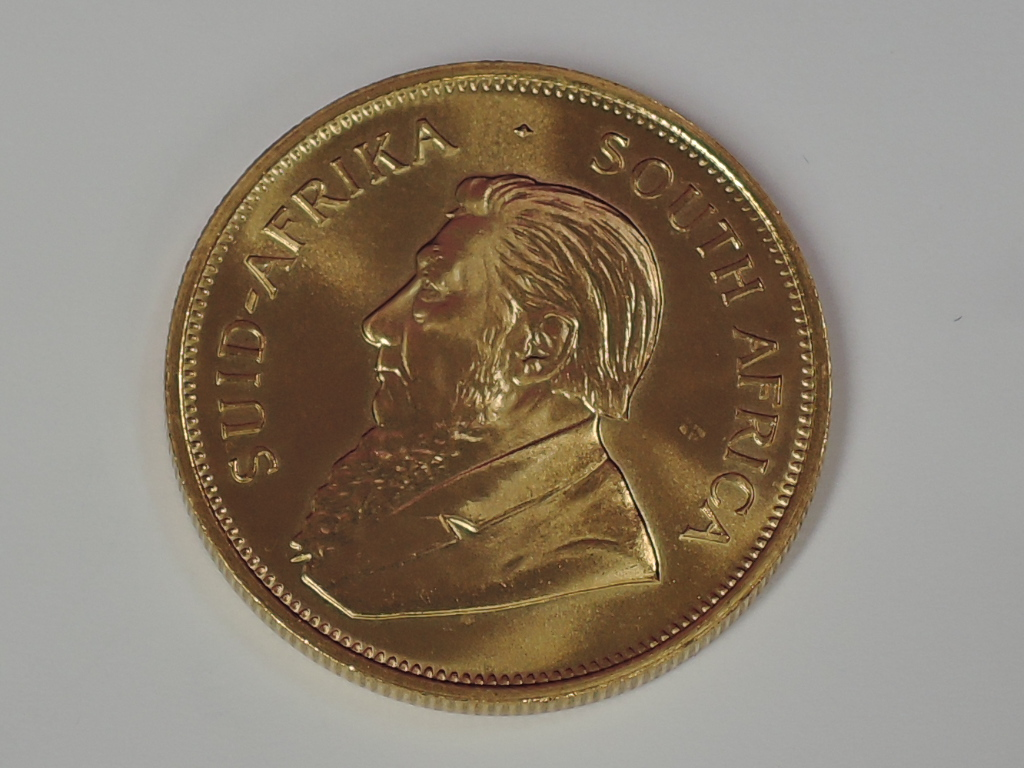 Lot 627 - A gold 1oz 1983 South African Krugerrand coin, in plastic case