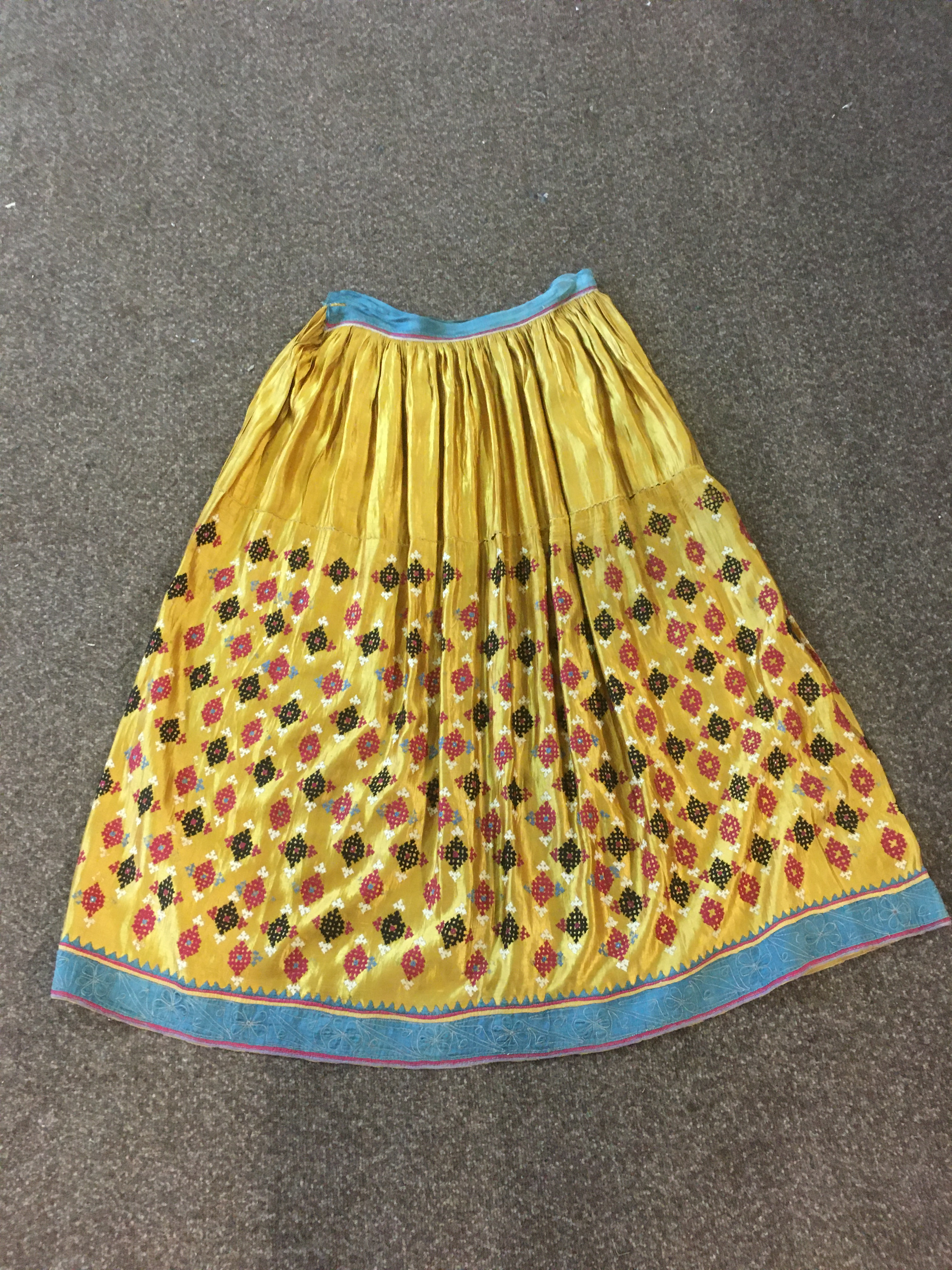 ANTIQUE INDIAN SKIRT a full length gathered skirt made from 19thc gold coloured silk, embroidered - Image 5 of 5