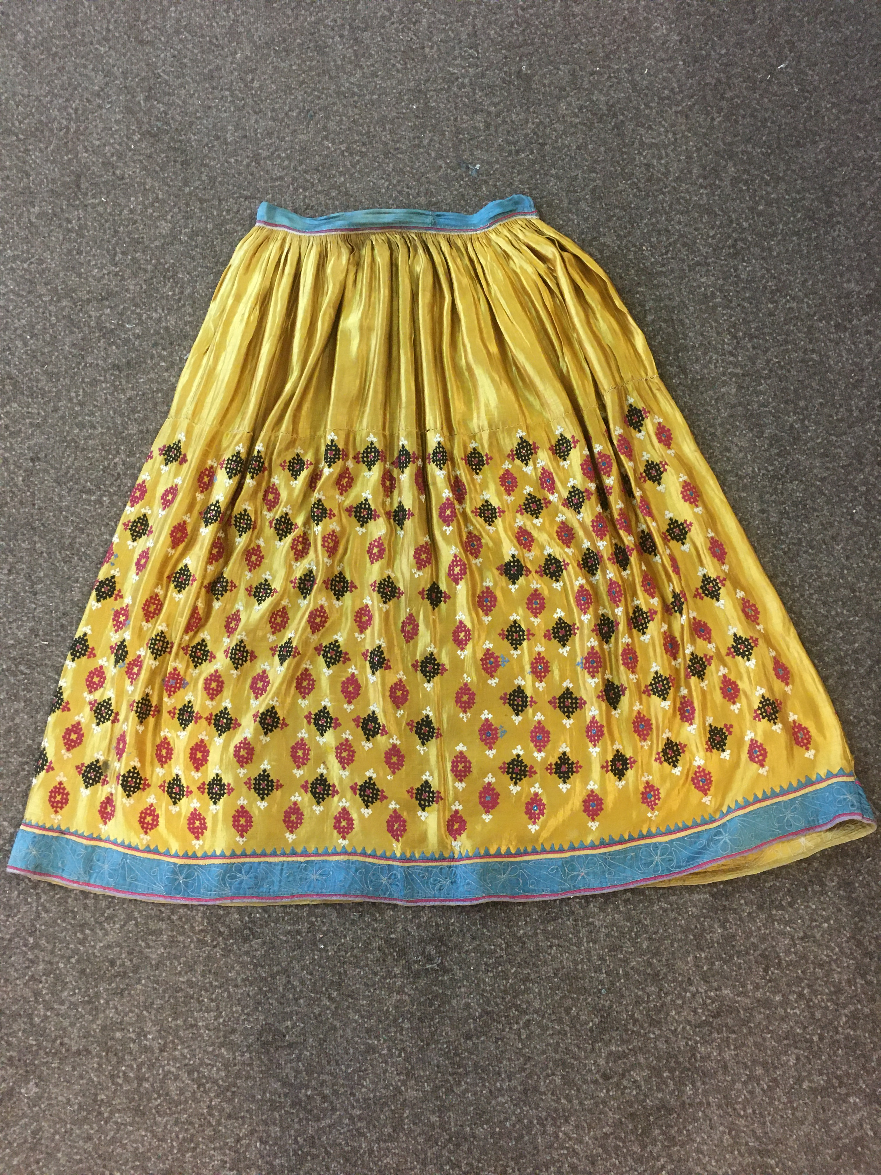 ANTIQUE INDIAN SKIRT a full length gathered skirt made from 19thc gold coloured silk, embroidered - Image 2 of 5
