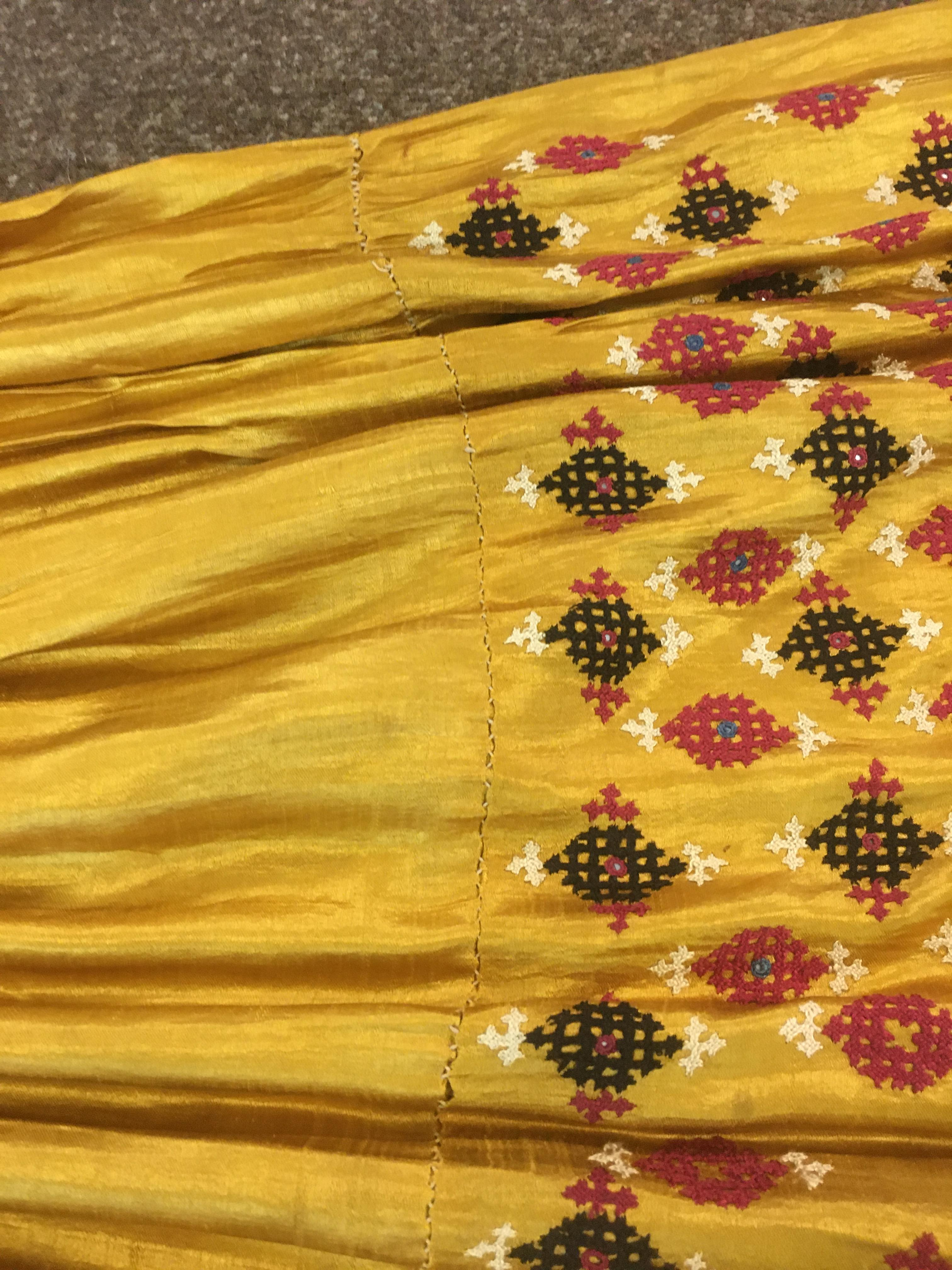 ANTIQUE INDIAN SKIRT a full length gathered skirt made from 19thc gold coloured silk, embroidered - Image 3 of 5
