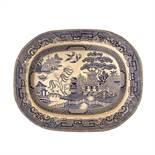 PIATTO da portata in ceramica smaltata e decorata. Inghilterra XIX secolo Misure: cm 47 x 37