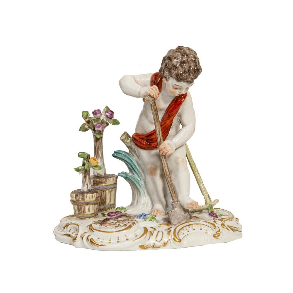 """SCULTURA in porcellana Meissen decorata raffigurante """"Putto con drappo e pala"""". XIX secolo Misure: h"""
