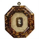 CORNICETTA ottagonale in tartaruga contenente cammeo. Sicilia primi '900 Misure: cm 21 x 19