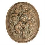 """GUSCIO in bronzo lavorato ad altorilievo raffigurante """"Putti"""". Fine XX secolo Misure: cm 38 x 34 x h"""