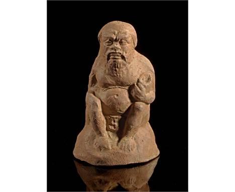 Terrakotta eines sitzenden Silens. Böotien, um 400 v. Chr. H 9,2cm. Rotbrauner Ton. Bärtiger alter Silen hockt mit Schale in